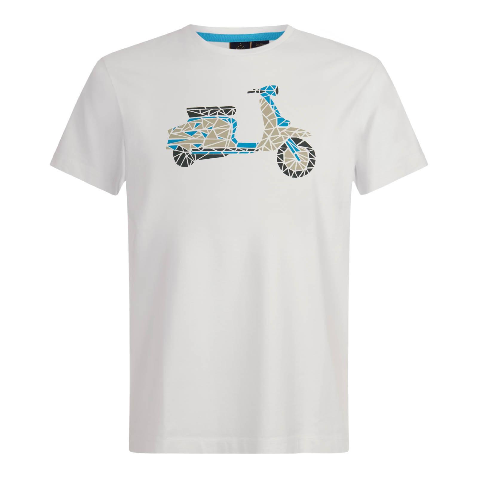 Футболка ScamptonФутболки<br>Мужская футболка комфортного покроя, изготовленная из легкой хлопковой ткани Джерси. Красивый принт в виде мозаичного скутера символизирует связь бренда с британской мод-культурой Свингующих Шестидесятых.  Брендирована фирменным логотипом Корона, вышитым контрастными нитями на правом рукаве. Хорошо сочетается с весенними и летними парками, олимпийками, чиносами, шортами и Харрингтоном.<br><br>Артикул: 1716203<br>Материал: 100% хлопок<br>Цвет: белый<br>Пол: Мужской