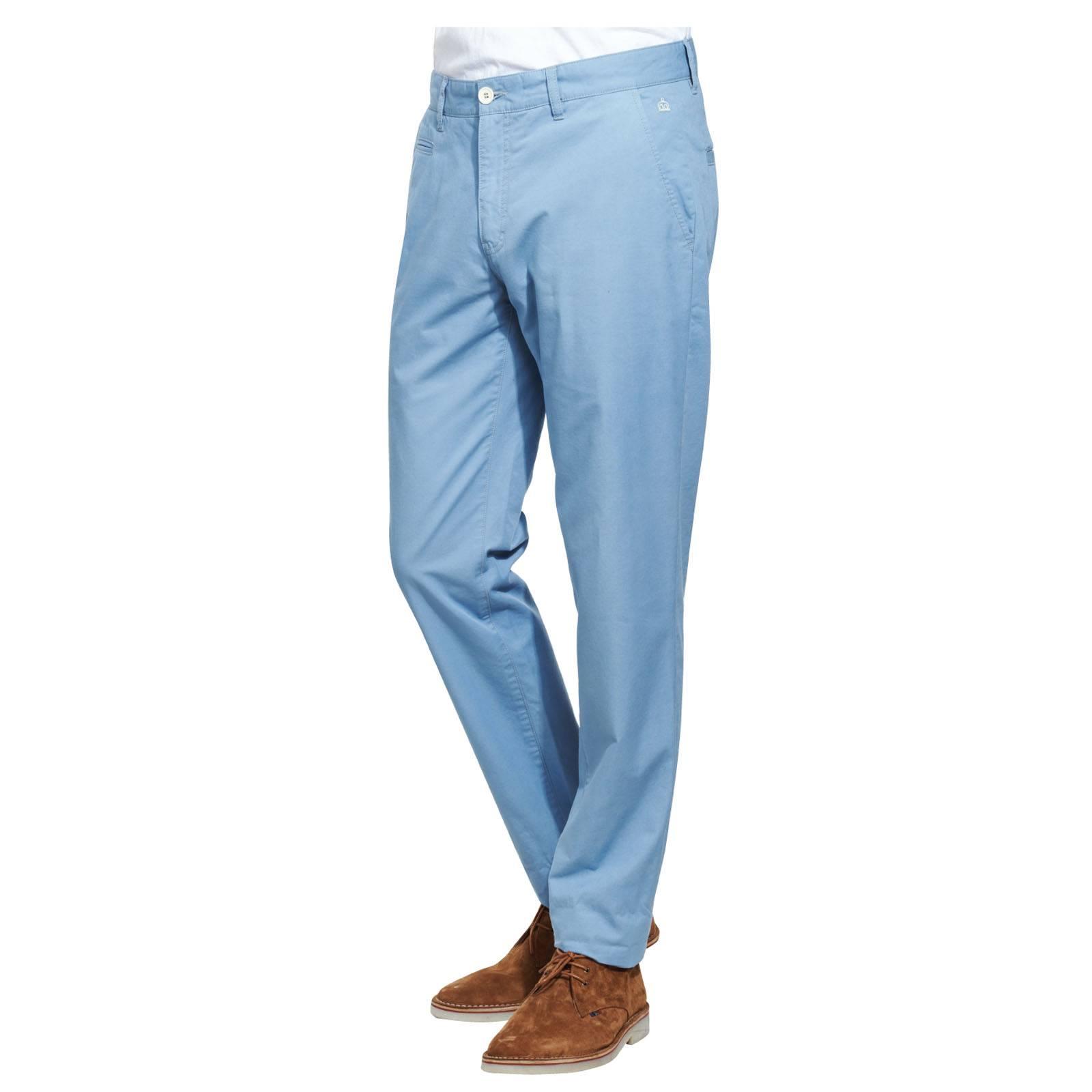 Чиносы MelvinБрюки и шорты<br>Зауженные кэжуальные чиносы из прочной хлопчатобумажной ткани саржевого переплетения, удобной при носке и неприхотливой в уходе. &amp;lt;br /&amp;gt;<br>&amp;lt;br /&amp;gt;<br>На подвороте имеется красивый контрастный селвидж. Два задних кармана застегиваются на пуговицы, петли на поясе подходят для стандартного ремня. &amp;lt;br /&amp;gt;<br>&amp;lt;br /&amp;gt;<br>Эти брюки легко комбинируются с дезертами, кедами или топсайдерами. В качестве верха можно сочетать с поло или приталенной рубашкой.<br><br>Артикул: 1214104<br>Материал: 100% хлопок<br>Цвет: голубой<br>Пол: Мужской