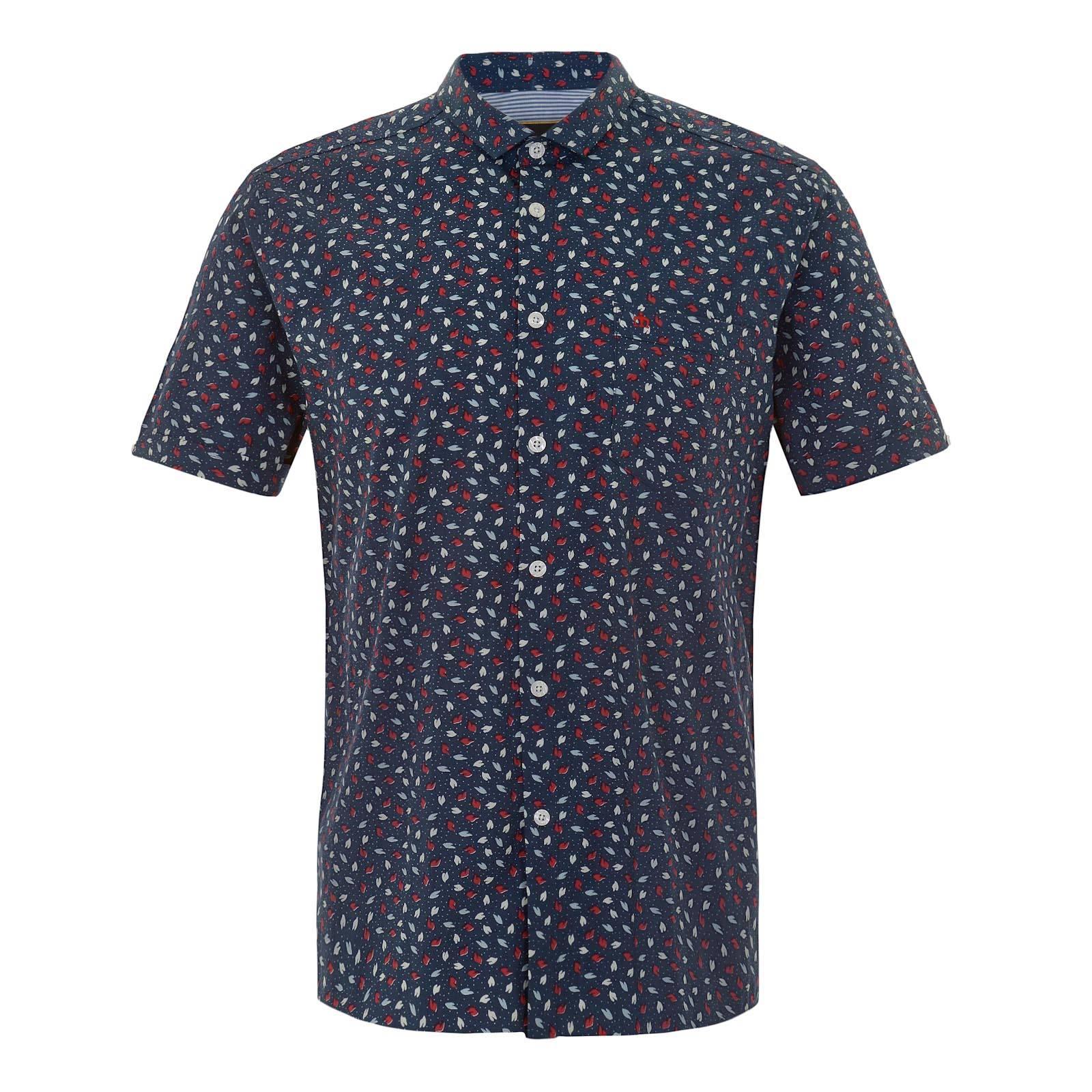 Рубашка OrmondРубашки<br>Приталенная мужская рубашка с насыщенным узором из разноцветных листьев, символизирующим пестроту красок весеннее-летнего сезона. Произведенная из традиционной рубашечной ткани поплин, эта сорочка отлично впишется в расслабленную атмосферу выходного дня за коктейлем на открытой веранде, в то же время придавая непринужденному луку элегантный и ухоженный вид. Брендирована фирменным логотипом Корона, вышитым на незаметном нагрудном кармане слева.<br><br>Артикул: 1515105<br>Материал: 100% хлопок<br>Цвет: синий<br>Пол: Мужской