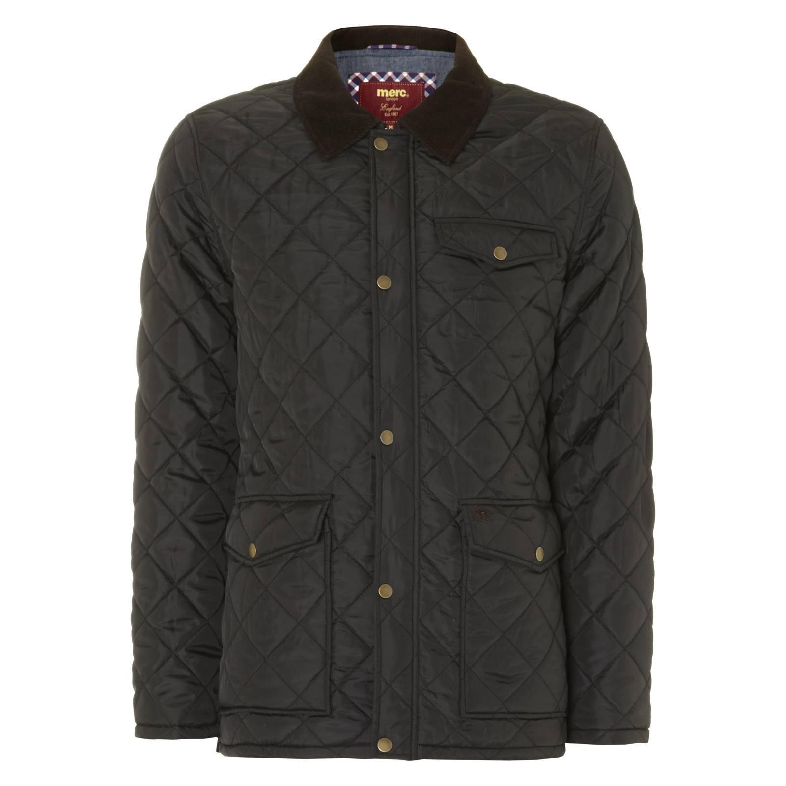 Куртка AlcesterВерхняя одежда<br>Классическая мужская стеганная куртка прямого фасона с вельветовым воротником и накладными карманами - истинно британский must-have городского casual гардероба на осенний сезон и раннюю весну. Идеально сочетается с button-down рубашками в классическую английскую клетку &amp;amp;quot;гинем&amp;amp;quot; или орнаментом пейсли, замшевыми дезертами и крупными наручными часами с кожаным ремешком. Воротник следует носить поднятым, а молнию не застегивать до конца таким образом, чтобы через куртку отчетливо просматривался крупный или среднего размера клетчатый или огуречный узор. Имеет внутренний карман, утеплена тонким синтепоновым слоем, рассчитанным на безветренную погоду до минус 2 градусов.<br><br>Артикул: 1114205<br>Материал: 100% полиэстер. Подкладка - 100% хлопок<br>Цвет: черный<br>Пол: Мужской