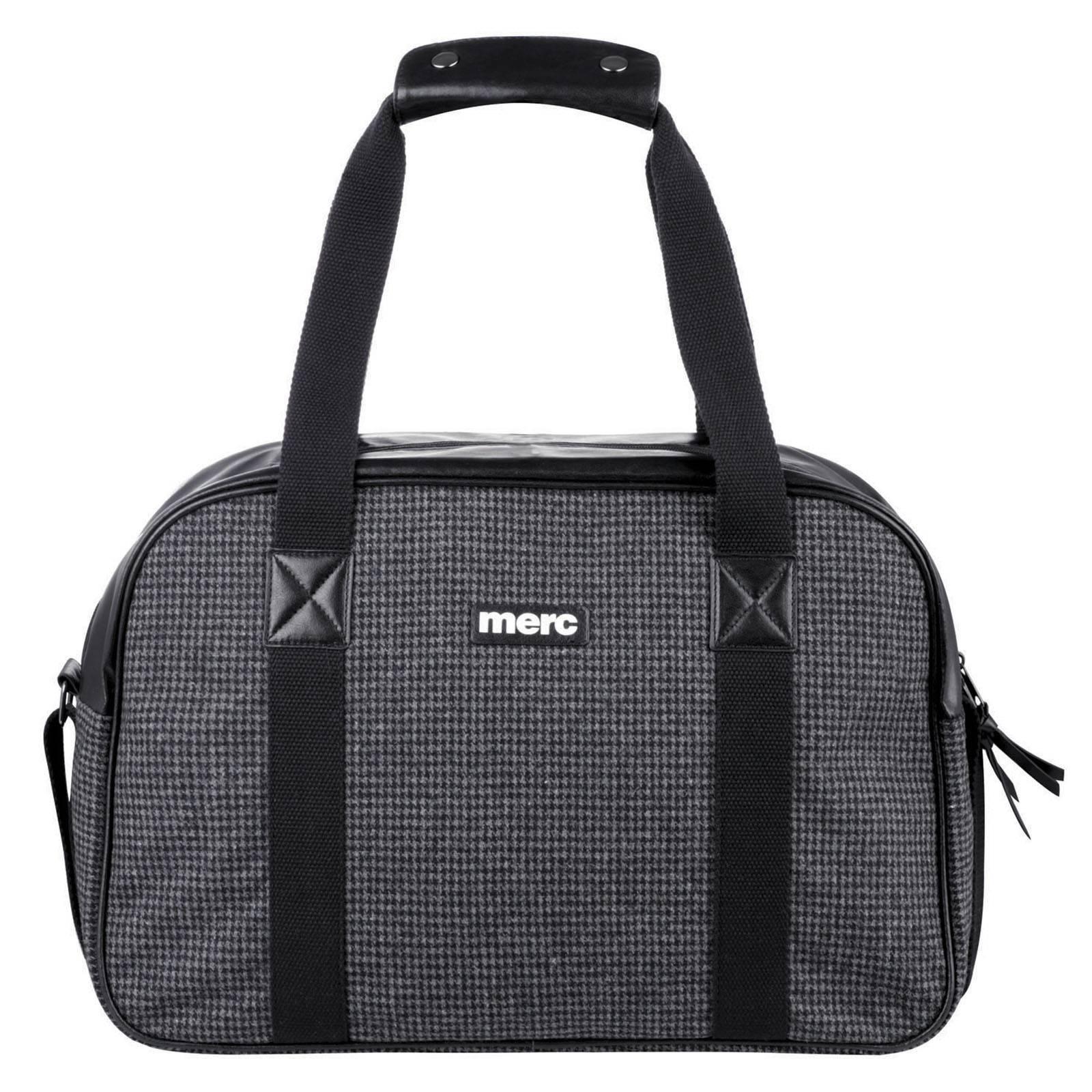 Сумка EganАксессуары<br>Вместительная дорожная сумка, которую можно использовать в поездках или для занятий спортом. Оснащена несъемным плечевым ремнем и удобными ручками удлиненного формата. Имеет одно основное отделение и небольшой внутренний карман для мелочевки. Размеры: Д х В х Ш 45 х 30 х 20 см<br><br>Артикул: 1013208<br>Материал: 100% хлопок<br>Цвет: черно-серая гусиная лапка<br>Пол: Мужской