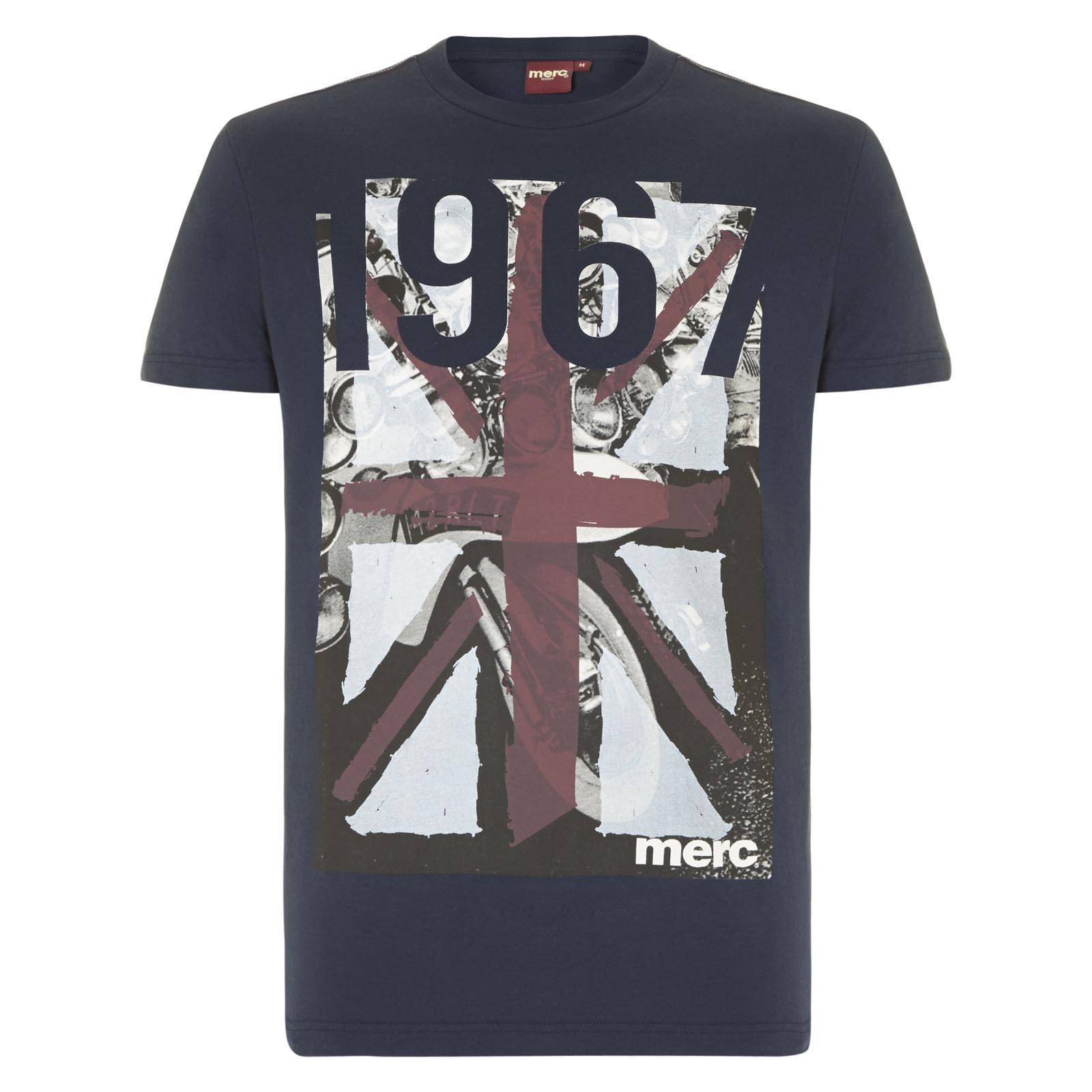 Футболка AlstonФутболки<br>Эффектная мужская футболка приталенного покроя с изображением британского Юнион Джека в стиле стрит-арт, нарисованного краской на черно-белом изображении скутеров эпохи Шестидесятых. Цифра 1967 символизируют год основания Merc.<br><br>Артикул: 1714202<br>Материал: 100% хлопок<br>Цвет: синий<br>Пол: Мужской