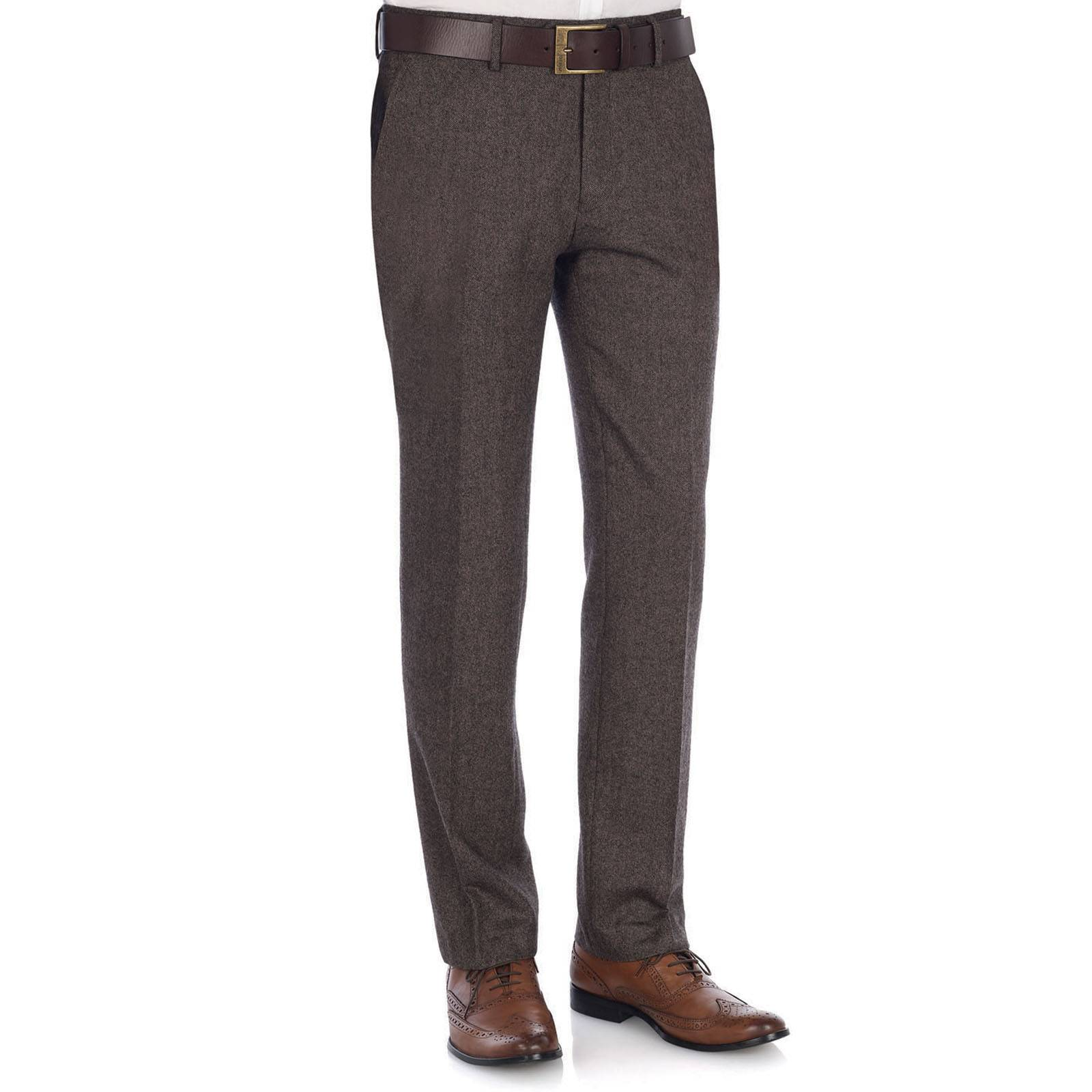 Брюки AntonioБрюки и шорты<br>Классические, типичного английского фасона мужские брюки из плотного твидового материала - сужающиеся книзу и на слегка завышенной талии. Образуют традиционный для Туманного Альбиона лук вместе с верблюжьего цвета дафлкотом, рыжими брогами или Челси бутс. Отлично сочетаются с традиционным клетчатыми рубашками приглушенных тонов, узоры которых имеют оттенки синего, зеленого или светло-коричневого цветов, а также со светлым (бежевым или молочным) трикотажем.<br><br>Артикул: 1212203<br>Материал: 50% шерсть, 30% полиэстер, 20% вискоза<br>Цвет: коричневый<br>Пол: Мужской