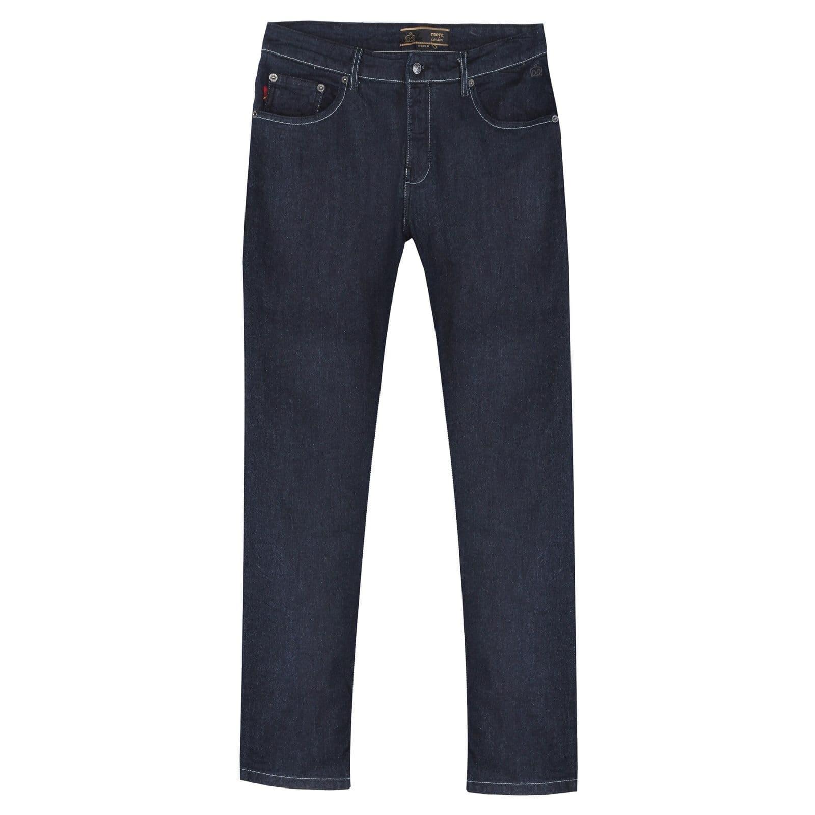 Джинсы AshvilleБрюки и шорты<br>Классические, умеренно зауженного фасона, мужские кэжуальные джинсы на стандартной талии, произведенные из прочного и легкого денима. Основным декоративным элементом данной модели является контрастная белая прострочка, красиво выделяющаяся на благородной черновато-синей основе. Брендовая составляющая подчеркнута узнаваемой тартановой отделкой карманов и внутренних швов, продолжающейся снаружи в виде ярлычка на пятом кармане, кожаным патчем с тиснением традиционного логотипа Merc, а также фирменной эмблемой Корона, вышитой над левым карманом спереди. Универсальная плотность материала позволяет носить эти практичные джинсы значительную часть календарного года. Они хорошо впишутся в офисный дресс-код в сочетании с casual пиджаком, строгой рубашкой, однотонным трикотажем и формальной обувью, такой как броги, челси или дерби, и в то же время будут весьма органично смотреться в комбинации с рубашкой поло, Харрингтоном, свитшотом, футболкой, кедами или кроссовками. Стирать при температуре 30-40 °C.<br><br>Артикул: 1D169101<br>Материал: 99% хлопок, 1% эластан<br>Цвет: черновато-синий<br>Пол: Мужской