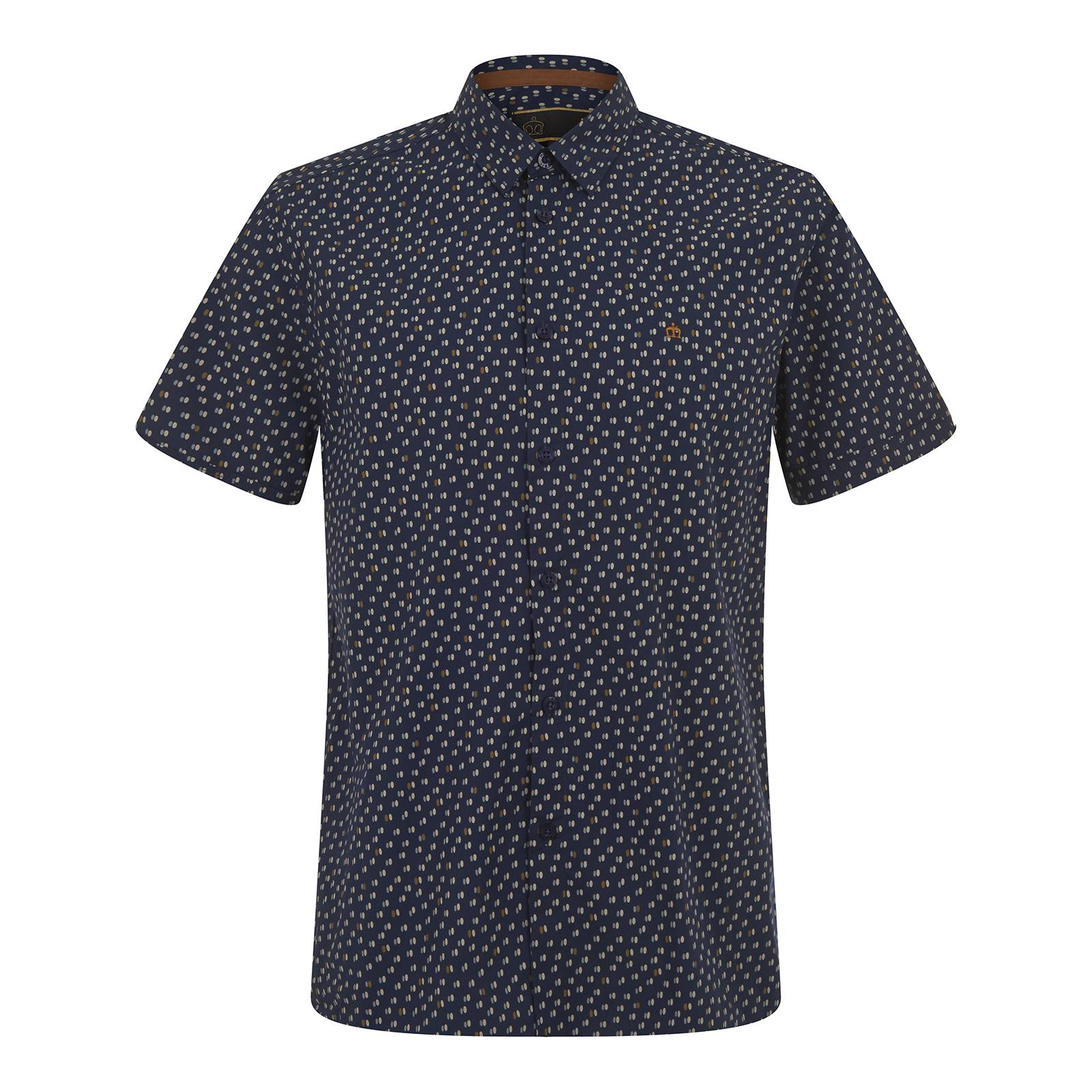 Рубашка HalpinРубашки<br>Классическая мужская рубашка покроя slim fit с коротким рукавом. Изготовлена из легкой хлопчатобумажной ткани поплин – традиционного в производстве сорочек текстильного полотна. Мелкий сплошной узор представляет собой стилизацию знаменитого орнамента polka-dot в виде парных овалов в мягких и приятных глазу тонах. Имеет облегающие манжеты и классический воротник Кент, сочетающийся с узким галстуком. Брендирована фирменным логотипом Корона, вышитым контрастными золотыми нитями на груди слева. Эта рубашка органично впишется в летний вариант делового smart casual гардероба. Фигурный низ изделия и удлиненная спинка позволяют с комфортом заправлять её в брюки. Кроме того можно носить и навыпуск, комбинируя с чиносами, шортами или джинсами. На этот случай дизайнерами предусмотрена приятная деталь – декоративные, в тон лого и основного узора, оранжевые накладки по бокам в области припуска по низу изделия.<br><br>Артикул: 1516103<br>Материал: 100% хлопок<br>Цвет: темно-синий<br>Пол: Мужской