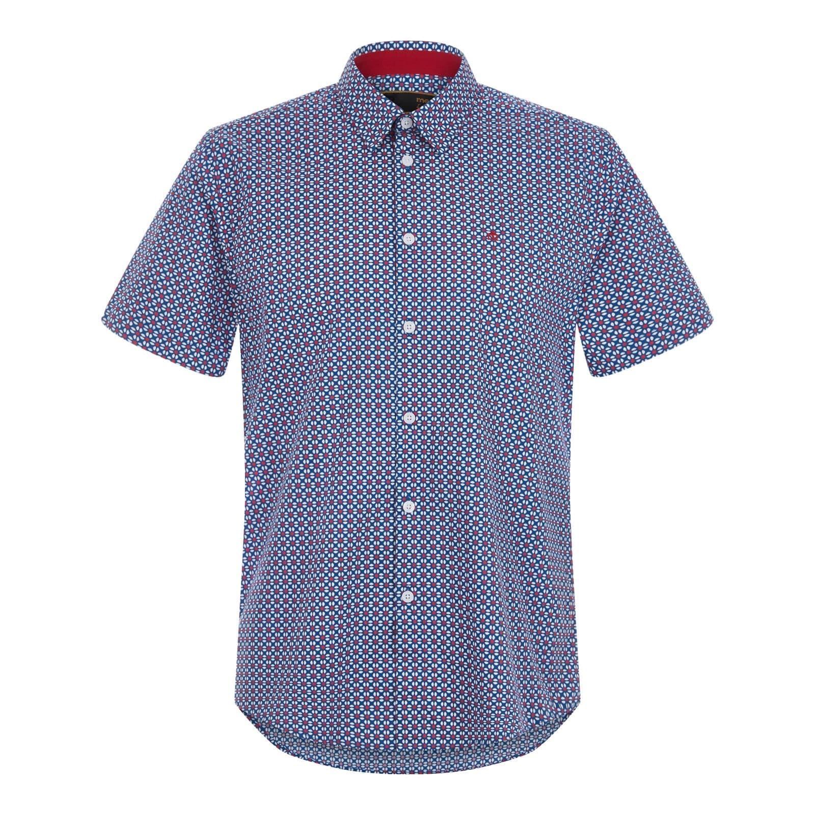 Рубашка FircroftРубашки под заказ<br>Покроя slim-fit мужская рубашка синего цвета с коротким рукавом, пошитая из высококачественной сорочечной ткани поплин. Этот плотный и одновременно «дышащий» материал долговечен, неприхотлив в уходе и обеспечивает максимальный комфорт. Красивый сплошной орнамент облекает традиционный для английской моды цветочный мотив в простую геометрическую форму, характерную для ретро стиля. Имеет классический воротник Кент и удлиненную спинку, благодаря которой не выправляется из-под брюк. Также можно носить навыпуск с чиносами или шортами. Брендирована фирменным логотипом Корона на груди.<br><br>Артикул: 1517101<br>Материал: 100% хлопок<br>Цвет: кобальт синий<br>Пол: Мужской