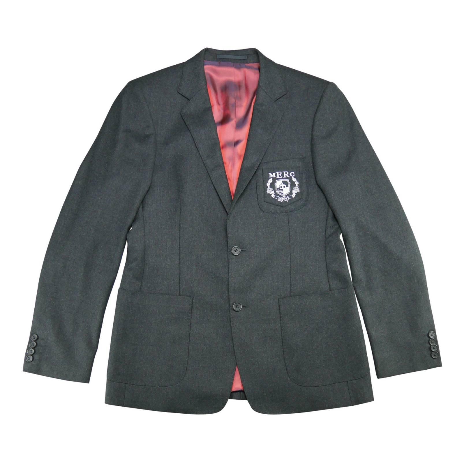 Пиджак TrevorВерхняя одежда<br>Премиального качества мужской пиджак, пошитый из мягкой, плотной и приятной на ощупь чистошерстяной ткани. Эффектная эмблема на нагрудном кармане выполнена в духе знаменитых университетских пиджаков Кембриджа и Оксфорда, являющихся олицетворением благородного британского преппи стиля. Глубокие накладные карманы спереди подчеркивают кэжуальную идентичность изделия, облаченную в правильную, строгую форму. Атласная малиновая подкладка привносит модернистский шарм в элегантный образ этой превосходной модели, которая отлично впишется в smart casual дресс-код для светского мероприятия или торжества. Можно носить с рубашкой или легким трикотажем, например, водолазкой, пуловером или жилетом. Произведен в Европейском Союзе.<br><br>  <br><br><br><br>  <br>    Приталенный фасон<br>  <br>    Узкие лацканы, образующие глубокий вырез<br>  <br>    Две пуговицы (нижняя должна быть всегда расстегнута)<br>  <br>    Три внутренних кармана<br>  <br>    Боковые шлицы на спинке обеспечивают максимальный комфорт в сидячем положении<br><br>Артикул: 1206203<br>Материал: 100% шерсть / Подкладка 50% вискоза, 50% ацетат<br>Цвет: темный серый<br>Пол: Мужской