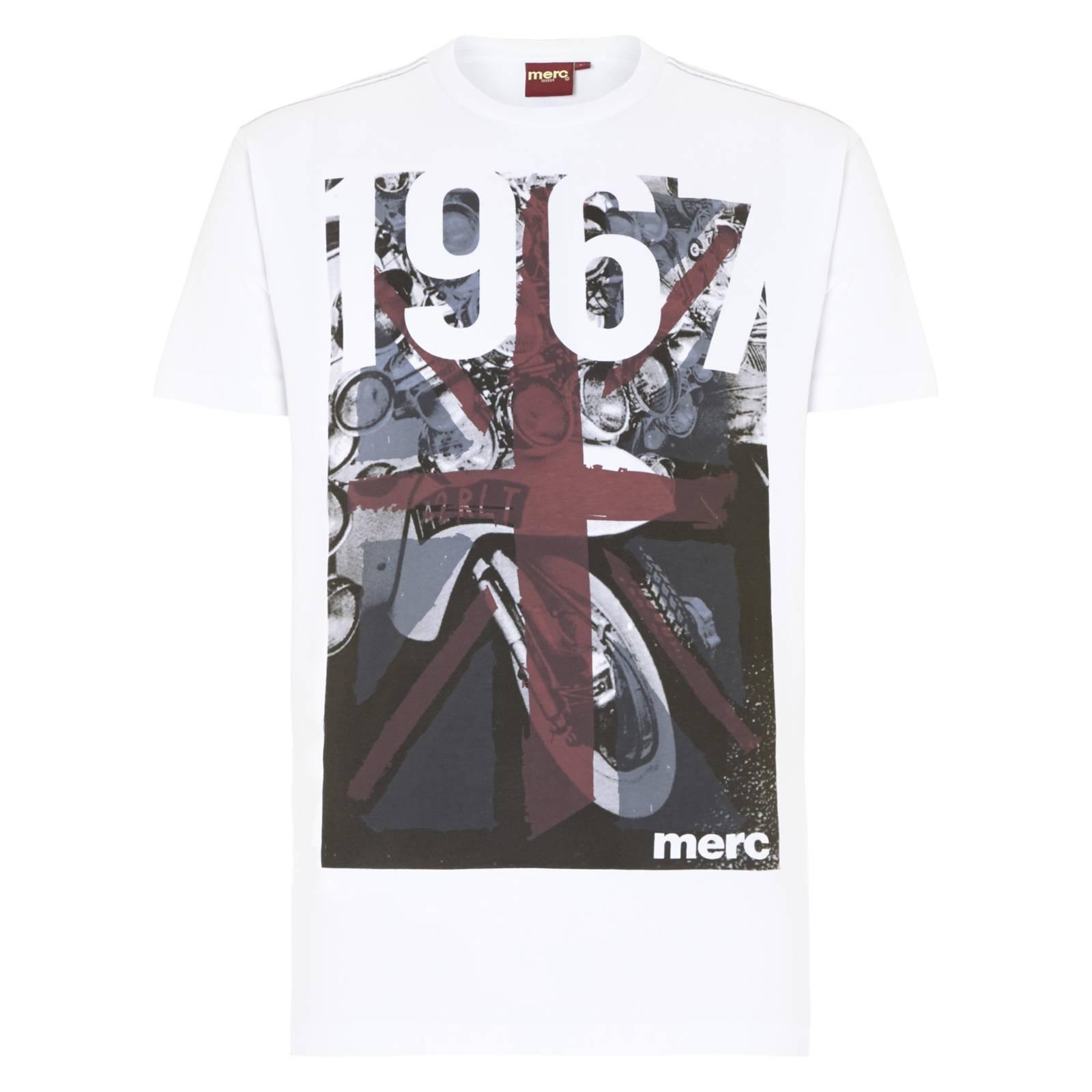 Футболка AlstonФутболки<br>Эффектная мужская футболка приталенного покроя с изображением британского Юнион Джека в стиле стрит-арт, нарисованного краской на черно-белом изображении скутеров эпохи Шестидесятых. Цифра 1967 символизируют год основания Merc.<br><br>Артикул: 1714202<br>Материал: 100% хлопок<br>Цвет: белый<br>Пол: Мужской