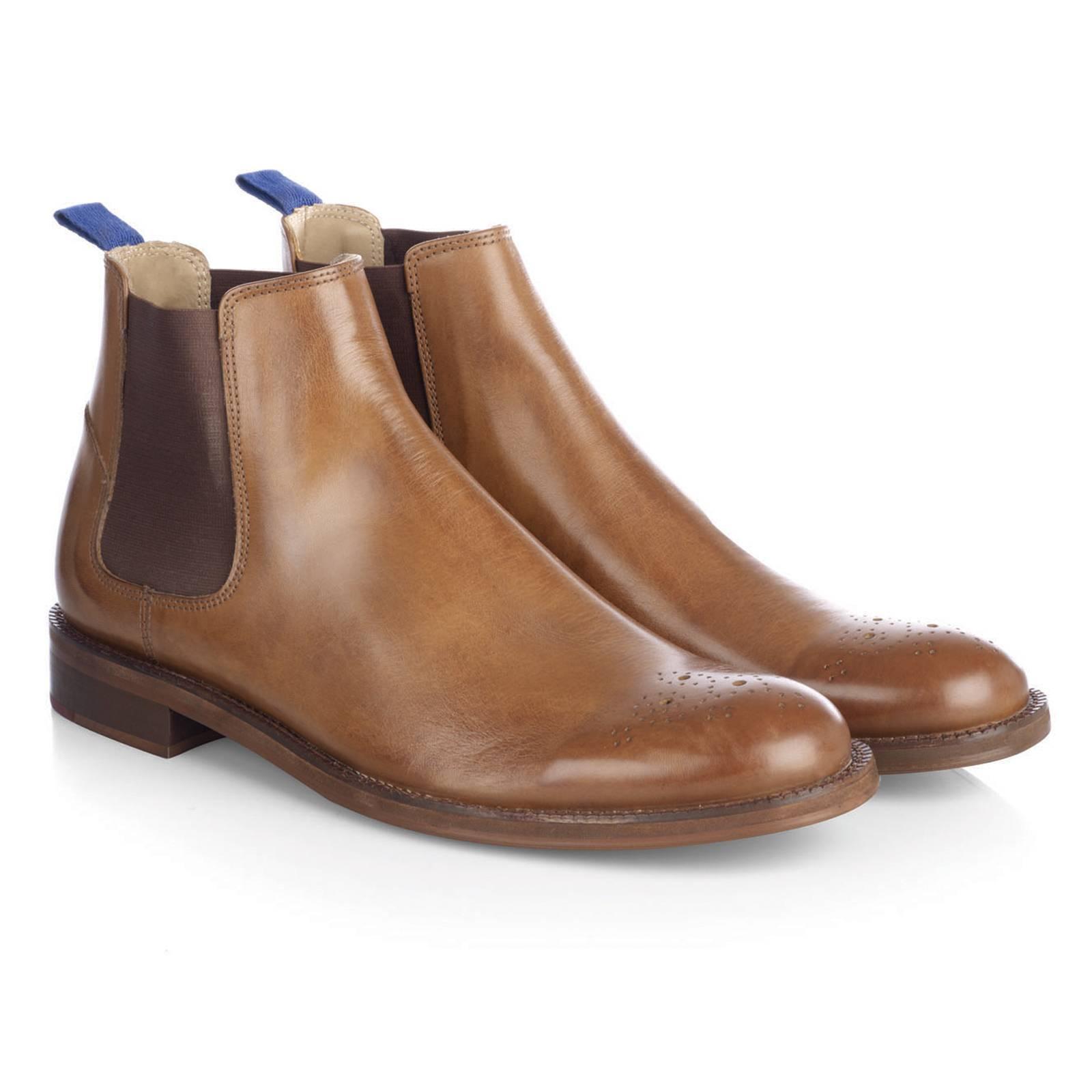 Ботинки Челси HarleyОбувь<br>Историческая модель аутентичной английской обуви Челси Бутс, представляющая собой классические мужские кожаные полусапоги на невысоком каблуке с заостренным или вытянутым, овальной формы мыском и эластичными трикотажными вставками по бокам, благодаря которым эта обувь удобно садится практически при любом подъеме ноги, а также легко снимается и надевается без ложечки. Первоначально ботинки Челси предназначались для верховой езды британской знати, однако позже перекочевали в повседневный гардероб, став писком моды в 60-70-х. Данная модель декорирована перфорацией, позаимствованной у другой знаменитой английской модели - брогов. Высокое качество кожи в сочетании с водонепроницаемой полимерной подошвой Neolite делает эту неприхотливую в уходе обувь оптимальной для осенней погоды. Рекомендуется делать профилактику подошвы.Челси хорошо сочетаются с джинсами, трикотажем, рубашками. Их можно носить вместе с кромби, дафлкотом или бушлатом.<br><br>Артикул: 0913202<br>Материал: 100% кожа<br>Цвет: песочный<br>Пол: Мужской