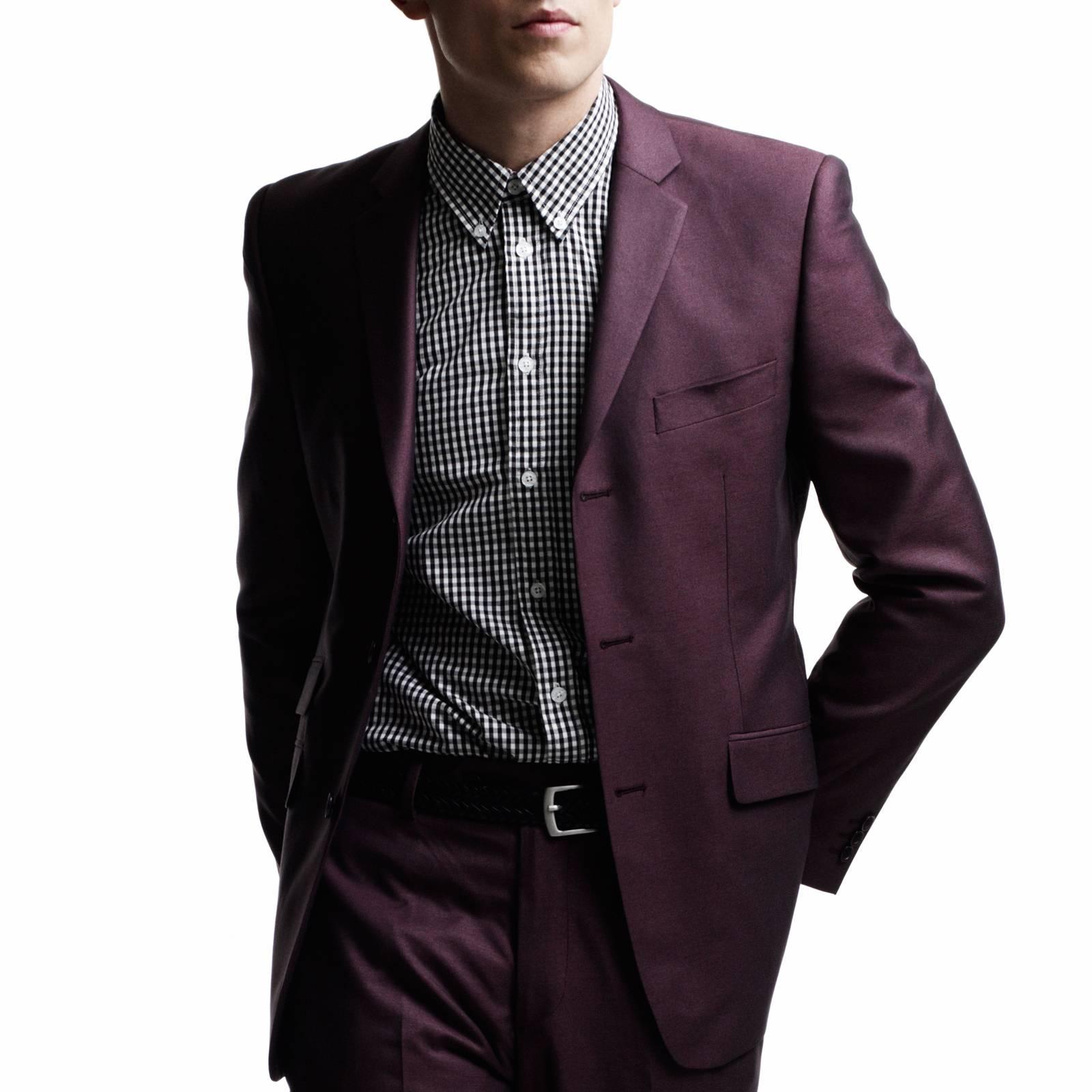 Пиджак Gin JktКостюмы и пиджаки<br>Мужской костюм-двойка из мягкой комбинированной ткани с эффектом отлива – современная стилизация исторической модели Tonic Suit – иконы mod look 60-х, прославленной британскими модами Свингующего Лондона. Прилегающий пиджак с узкими лацканами и декоративны двойным карманом справа, атласная малиновая подкладка, сужающиеся к низу брюки, – именно в такой костюм одевался культовый персонаж знаменитого фильма о мод-культуре Quadrophenia (Квадрофения) – лондонский мод Джим. Знаковым, исконным элементом мод стиля было сочетание Tonic Suit с мешковатой защитно-зеленой военной фиштейл паркой, сохранявшей наряд во время поездки на скутере. Сегодня этот костюм отлично вписывается как в формальный, так и в клубный smart casual дресс-код в сочетании с рубашкой button-down и классической обувью Челси или Дерби. Подкладка - 50% полиэстер, 50% ацетат.<br><br>Артикул: 1210109J<br>Материал: 77% полиэстер, 23% вискоза<br>Цвет: бордовый<br>Пол: Мужской
