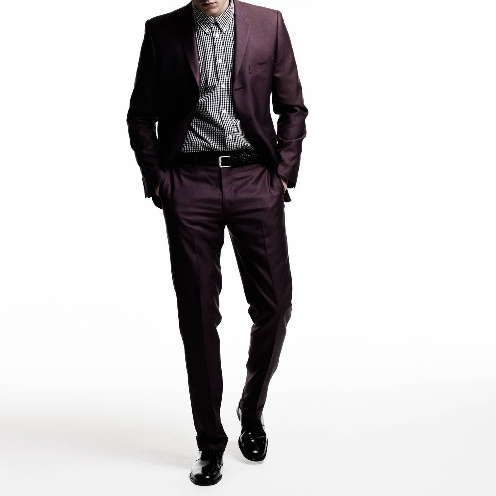 Брюки Gin TrsКостюмы и пиджаки<br>Мужской костюм-двойка из мягкой комбинированной ткани с эффектом отлива – современная стилизация исторической модели Tonic Suit – иконы mod look 60-х, прославленной британскими модами Свингующего Лондона. Прилегающий пиджак с узкими лацканами и декоративны двойным карманом справа, атласная малиновая подкладка, сужающиеся к низу брюки, – именно в такой костюм одевался культовый персонаж знаменитого фильма о мод-культуре Quadrophenia (Квадрофения) – лондонский мод Джим. Знаковым, исконным элементом мод стиля было сочетание Tonic Suit с мешковатой защитно-зеленой военной фиштейл паркой, сохранявшей наряд во время поездки на скутере. Сегодня этот костюм отлично вписывается как в формальный, так и в клубный smart casual дресс-код в сочетании с рубашкой button-down и классической обувью Челси или Дерби. Подкладка - 50% полиэстер, 50% ацетат.<br><br>Артикул: 1210109T<br>Материал: 77% полиэстер, 23% вискоза<br>Цвет: бордовый<br>Пол: Мужской