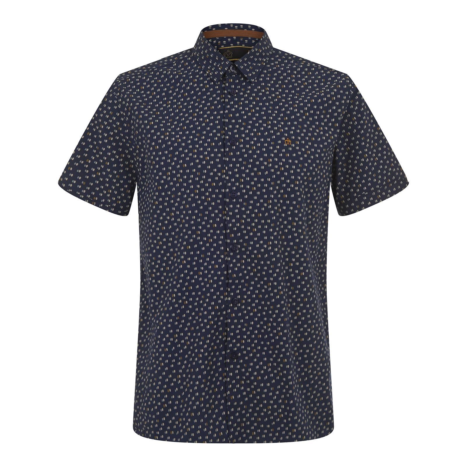 Рубашка HalpinС коротким рукавом<br>Классическая мужская рубашка покроя slim fit с коротким рукавом. Изготовлена из легкой хлопчатобумажной ткани поплин – традиционного в производстве сорочек текстильного полотна. Мелкий сплошной узор представляет собой стилизацию знаменитого орнамента polka-dot в виде парных овалов в мягких и приятных глазу тонах. Имеет облегающие манжеты и классический воротник Кент, сочетающийся с узким галстуком. Брендирована фирменным логотипом Корона, вышитым контрастными золотыми нитями на груди слева. Эта рубашка органично впишется в летний вариант делового smart casual гардероба. Фигурный низ изделия и удлиненная спинка позволяют с комфортом заправлять её в брюки. Кроме того можно носить и навыпуск, комбинируя с чиносами, шортами или джинсами. На этот случай дизайнерами предусмотрена приятная деталь – декоративные, в тон лого и основного узора, оранжевые накладки по бокам в области припуска по низу изделия.<br><br>Артикул: 1516103<br>Материал: 100% хлопок<br>Цвет: темно-синий<br>Пол: Мужской