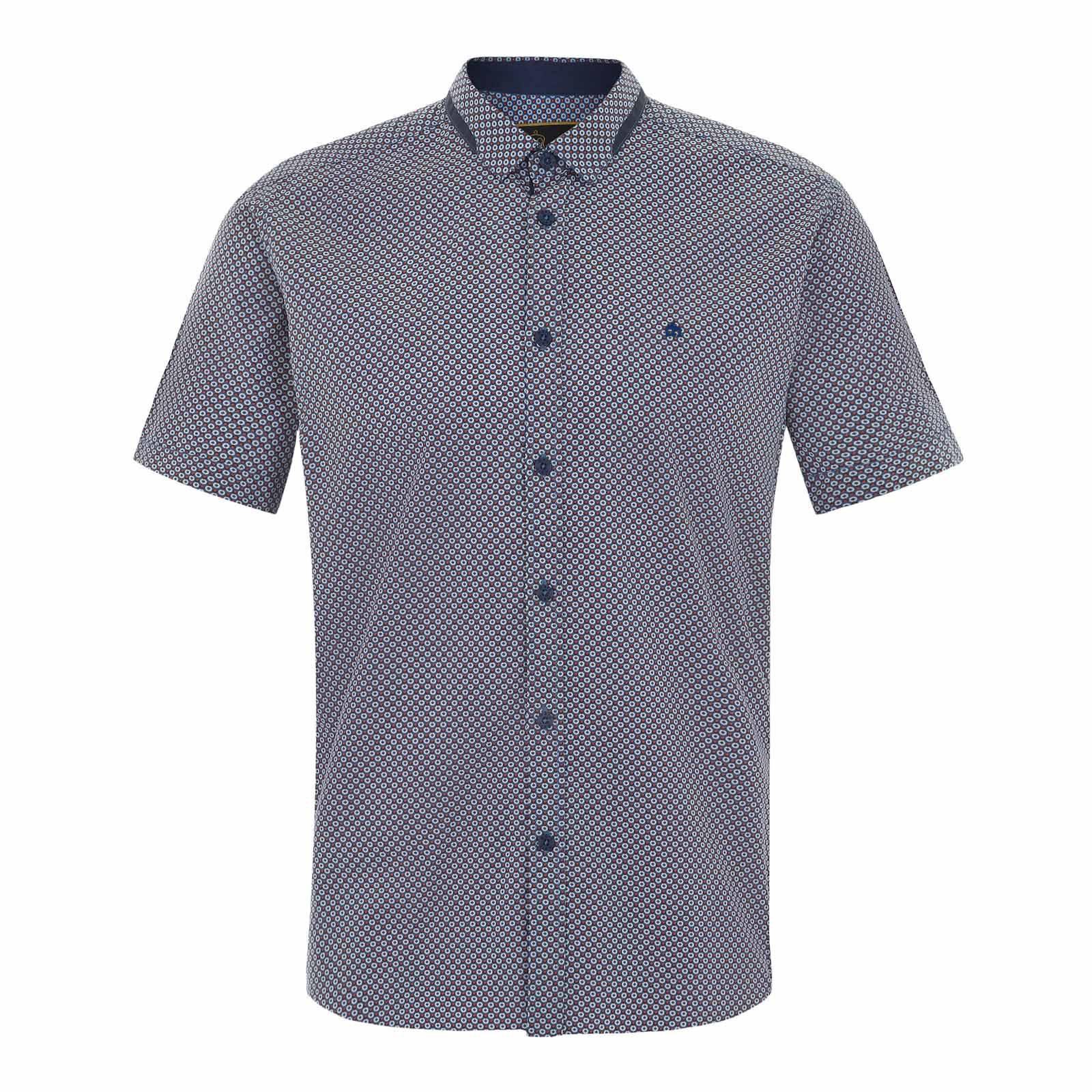 Рубашка DaytonaРубашки<br>Приталенная мужская рубашка с коротким рукавом из натуральной, высококачественной хлопковой ткани поплин с  мелким геометрическим принтом в духе психоделической волны Свингующих Шестидесятых. Декорирована контрастной, в тон пуговиц, отделкой по нижнему краю классического воротника Кент, а также логотипом Корона, вышитым на груди слева.  Эту рубашку можно носить как в рамках формального дресс-кода вместе с обувью дерби, шерстяным базовым кардиганом и однотонными брюками Sta-Prest, так и в более свободном луке - в сочетании с чиносами, шортами и лоферами.<br><br>Артикул: 1515101<br>Материал: 100% хлопок<br>Цвет: синий<br>Пол: Мужской