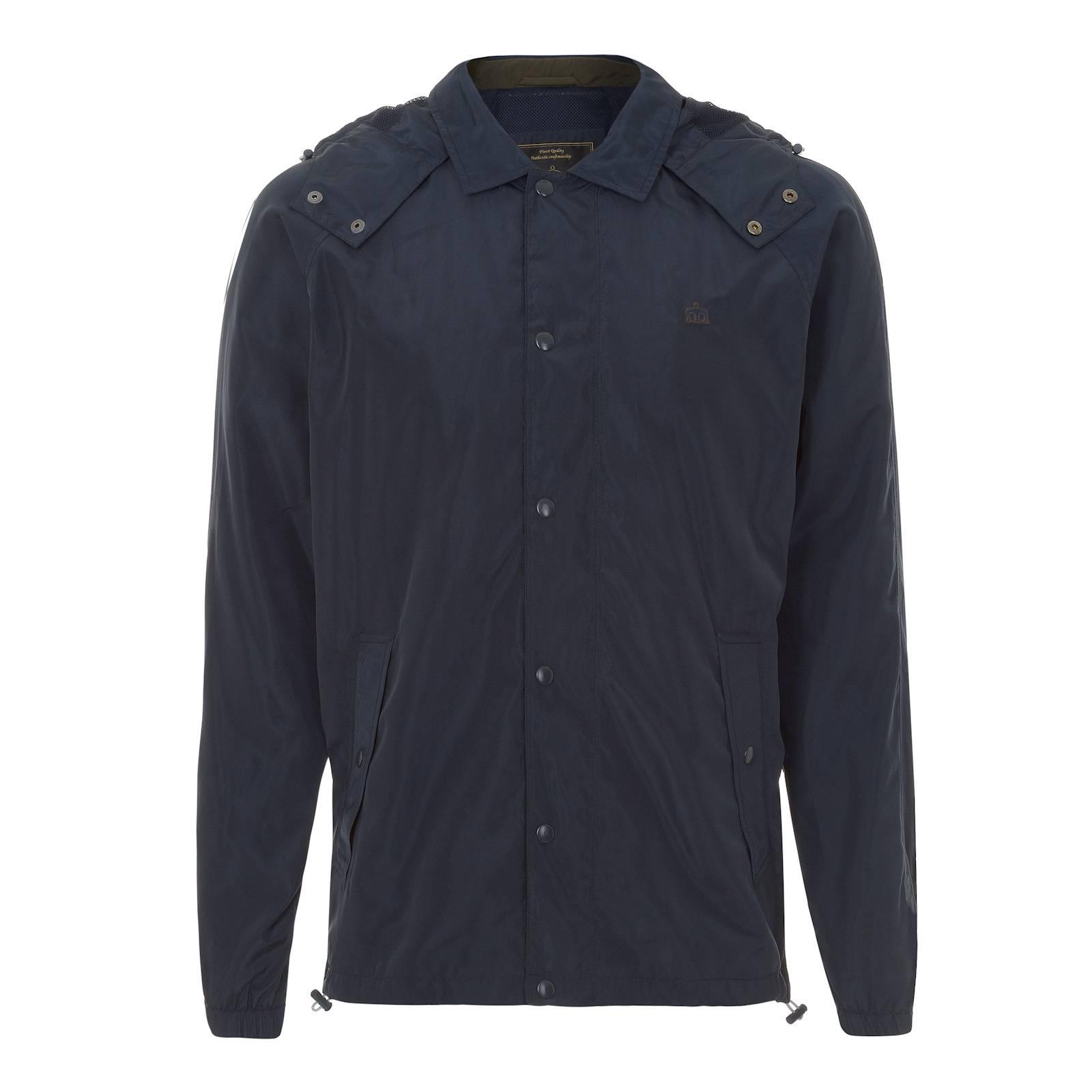 Куртка MontereyПоследняя цена<br>Летняя мужская куртка с капюшоном – простое и универсальное решение для верхнего гардероба на весеннее-летний сезон. Застегивается на кнопки, имеет два прорезных внешних и один внутренний карманы. Капюшон затягивается  контрастным белым шнурок с  карабиновыми фиксаторами и закрывается на горле кнопочной застежкой,  защищающей от ветра и дождя. Дышащая сетчатая подкладка 100% полиэстер.<br><br>Артикул: 1115101<br>Материал: 100% нейлон<br>Цвет: синий<br>Пол: Мужской