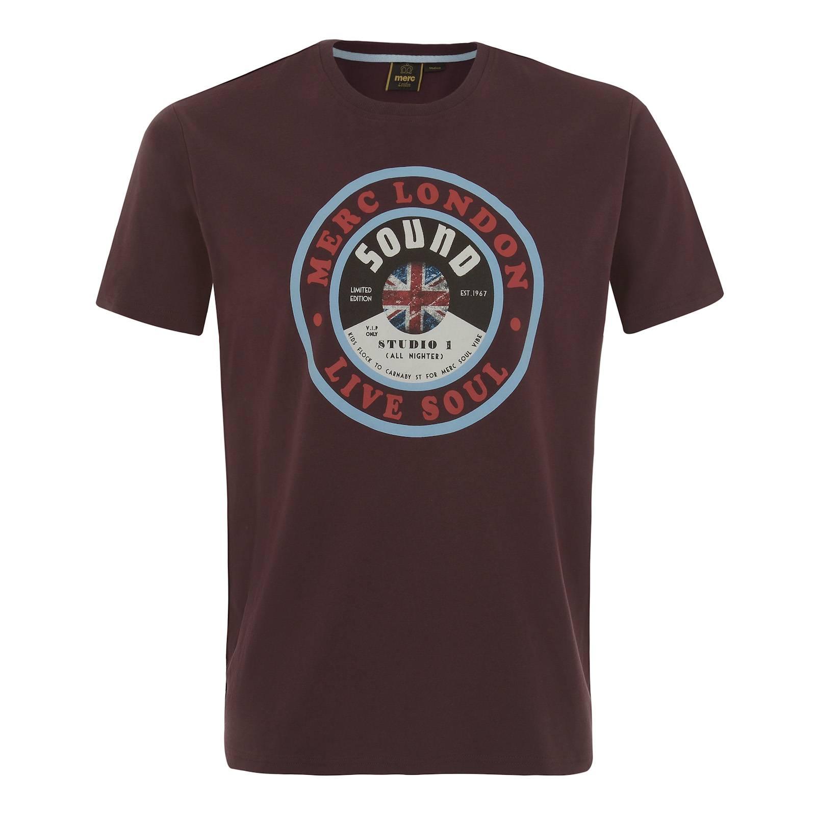 Футболка DunesФутболки<br>Мужская футболка с изображением выпущенной на импровизированном лейбле Merc винтажной аналоговой грампластинки с британской музыкой соул станет красивым дополнением весеннего лука, эффектно выглядывая из-под олимпийки, Харрингтона или Monkey Jacket.<br><br>Артикул: 1715106<br>Материал: 100% хлопок<br>Цвет: ивово-коричневый<br>Пол: Мужской