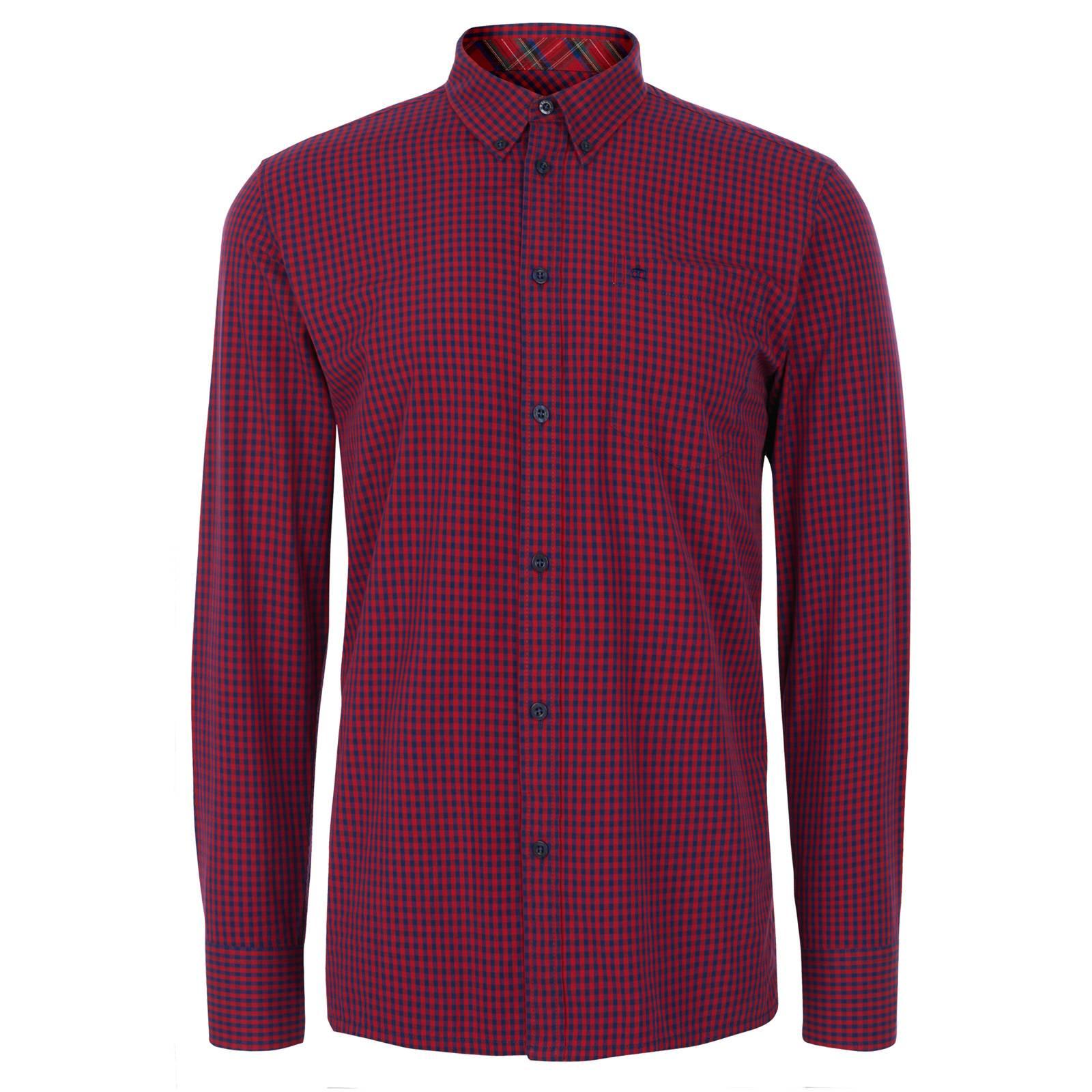 Рубашка JapsterКлассические<br>Эта классическая приталенная рубашка, принадлежащая к базовой всесезонной линии Core, производится почти в неизменном виде на протяжении десятилетий, символизируя верность бренда своему полувековому наследию и исконному британскому casual стилю. Традиционная мелкая двухцветная английская клетка gingham прекрасно сочетается почти с любым трикотажем. Визитная карточка рубашек Merc — воротник button-down на пуговицах — делает ее идеальной парой к V-neck джемперу, жилету и кардигану на пуговицах с глубоким вырезом горловины. Прямой низ позволяет с комфортом заправлять эту рубашку в брюки или джинсы, хотя ее можно носить и на выпуск, сочетая с паркой, Харрингтоном, дафлкотом и другой верхней одеждой. Произведена из высококачественной хлопковой ткани поплин — мягкой, прочной, долговечной и неприхотливой в уходе.<br><br>Артикул: 1506215<br>Материал: 100% хлопок<br>Цвет: красно-синяя клетка<br>Пол: Мужской