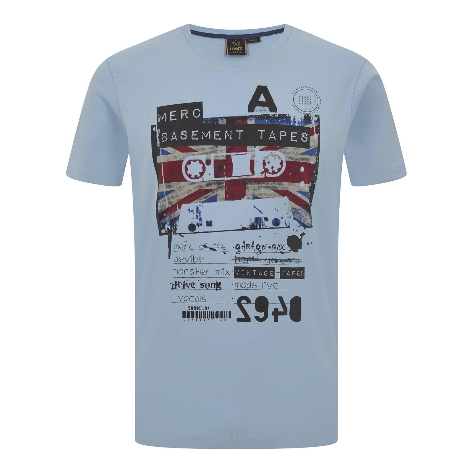 Футболка SonikФутболки<br>Продолжая знаковую для идентичности бренда тему музыкального наследия британской субкультурной сцены 60-80-х, эта мужская футболка посвящена импровизированному релизу сборника гаражного рока, выпущенному неизвестным истории андеграундным рекорд лейблом Merc Basement Tapes на старой доброй компакт-кассете. Как всегда эффектный Union Jack привносит колорит и добавляет акцент в оригинально стилизованный поп-арт рисунок. Произведена из легкой хлопковой ткани Джерси.<br><br>Артикул: 1716105<br>Материал: 100% хлопок<br>Цвет: васильковый<br>Пол: Мужской