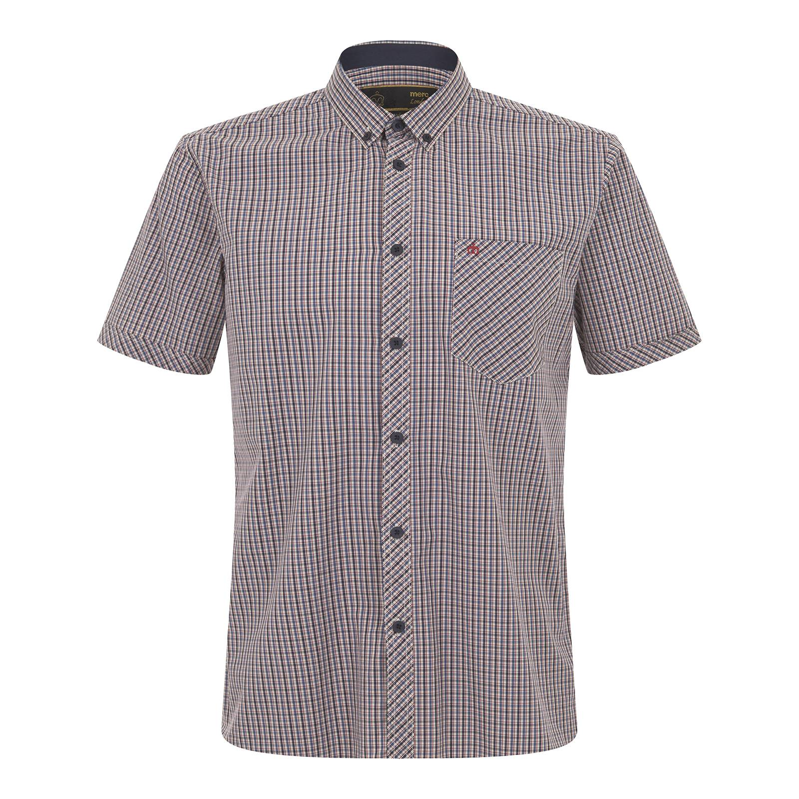 Рубашка SkelterКлассические<br>Знаковая для стиля Merc классическая мужская casual рубашка с коротким рукавом, изготовленная из высококачественной хлопковой ткани поплин с традиционным английским узором в мелкую клетку – истинный британский стиль в одежде начинается именно так. Укороченный button-down воротник на пуговицах идеально сочетается с V-образным трикотажем и вязаными кардиганами. Благодаря зауженным манжетам рукава не топорщатся, красиво облегая руку. Имеет декоративную кокетку на спинке и плечах. Брендирована логотипом корона, вышитым на кармане слева. Внутренняя сторона планки с пуговицами отделана снизу контрастной полоской синей ткани, гармонирующей с аналогично оформленными выточками боковых швов по низу изделия. Эту универсальную модель можно носить с деловым костюмом или шортами, строгой обувью или кроссовками.<br><br>Артикул: 1516108<br>Материал: 100% хлопок<br>Цвет: бежевый в красно-синюю клетку<br>Пол: Мужской