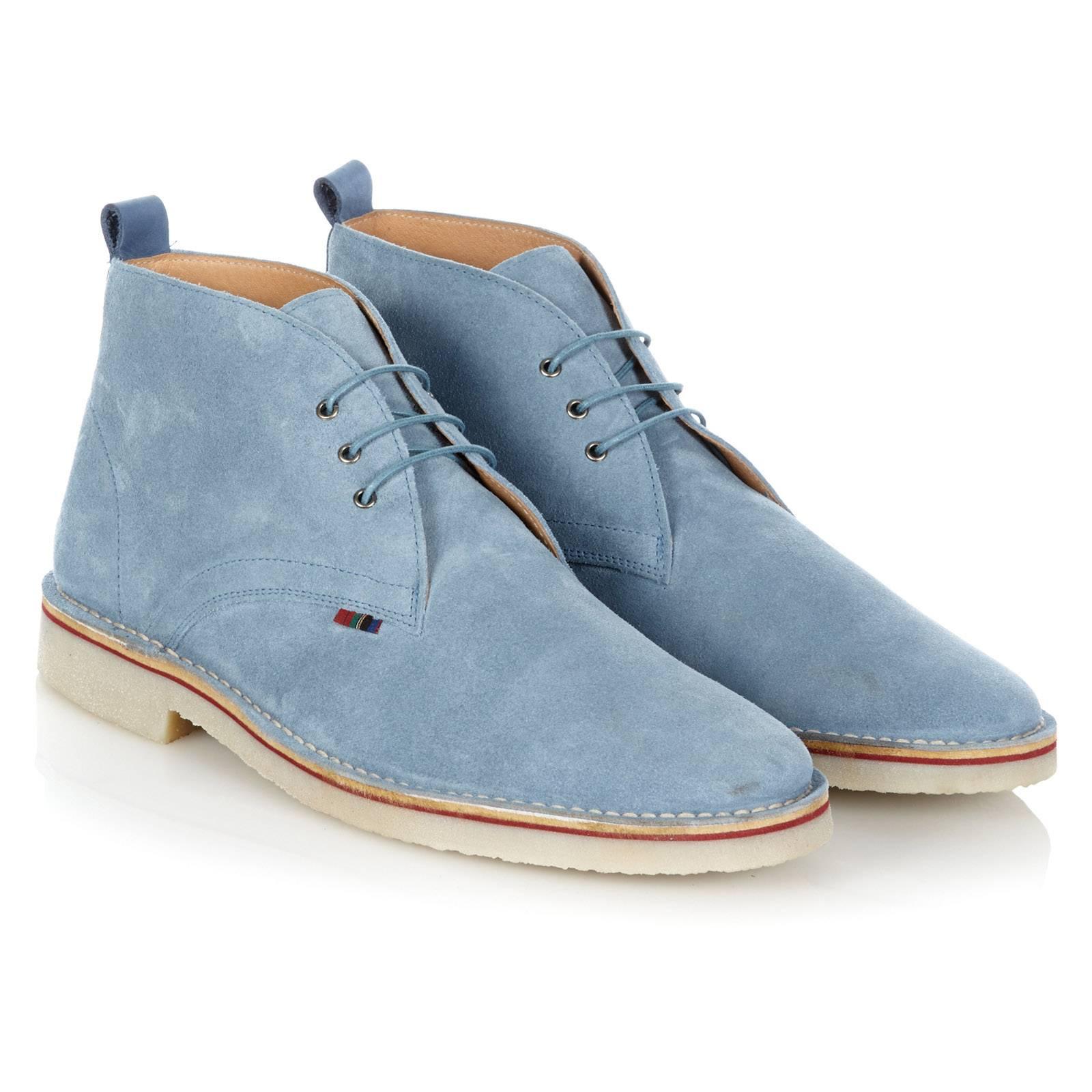 Дезерты HanoverОбувь<br>Легендарная, родом из 60-х, модель кэжуальных ботинок &amp;amp;quot;Desert Boots&amp;amp;quot; - must-have для любого casual модника и основа современного повседневного стиля. Пришедшие в моду из гардероба Британских военных времен Второй мировой войны, в 60-х Дезерты стали модной иконой в задававших тон субкультурах и европейских творческих кругах. С тех пор эти ботинки не сходят со страниц fashion журналов, а их актуальность сегодня не вызывает сомнений. &amp;lt;br /&amp;gt;<br>&amp;lt;br /&amp;gt;<br>Произведенные в Испании из высококачественной замши в лучших классических традициях стиля, Дезерты Merc комфортны, долговечны и поистине универсальны. Четкое соответствие заявленным размерам - важное дополнение к преимуществам этой модели.&amp;lt;br /&amp;gt;<br>&amp;lt;br /&amp;gt;<br>Desert Boots можно носить с джинсами или чиносами, они прекрасно сочетаются с рубашками-поло, трикотажем и Харрингтонами. Широкая цветовая палитра позволяет подобрать Дезерты Merc в тон верха или на контрасте, в соответствии с последними тенденциями. Фирменная отличительная деталь Дезертов Merc - маленький клетчатый &amp;amp;quot;тартановый&amp;amp;quot; ярлычек справа и тартановая стелька.<br><br>Артикул: 0913210<br>Материал: 100% кожа (замша)<br>Цвет: голубой<br>Пол: Мужской