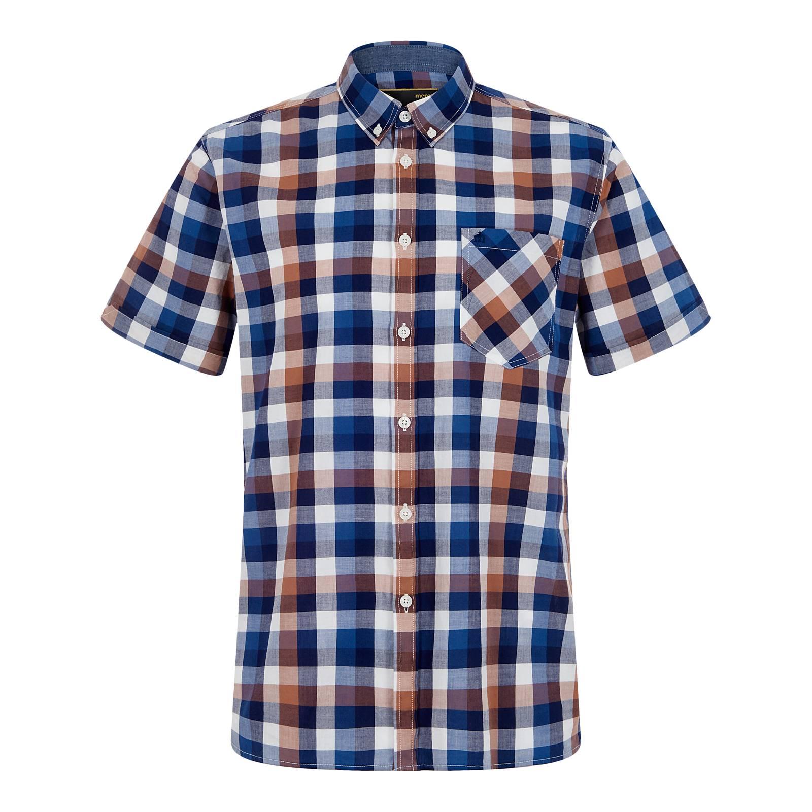 Рубашка AshfordСлайдер на главной<br>Мужская рубашка с коротким рукавом, пошитая из тонкого сорочечного хлопка, – первоклассной «дышащей» ткани (легкой, но при этом очень прочной), долговечной, немнущейся и неприхотливой в уходе. Крупный клетчатый узор, выполненный в приятной и сбалансированной цветовой гамме, навеян тенденциями современной моды и выглядит весьма актуально. Фирменный для бренда button-down воротник на пуговицах имеет аккуратный фасон и хорошо сочетается с легким трикотажем, весенними парками, ветровками и Харрингтоном. Рукава рубашки немного заужены для прилегания. Её можно носить как с кроссовками, так и с относительно строгой обувью, например, лоферами или топсайдерами, комбинируя с чиносами или шортами; брюками Sta-Prest или джинсами; хипстерским рюкзаком или ретро сумкой через плечо. Брендирована логотипом Корона на нагрудном кармане.<br><br>Артикул: 1517112<br>Материал: 100% хлопок<br>Цвет: коричневый с синим<br>Пол: Мужской