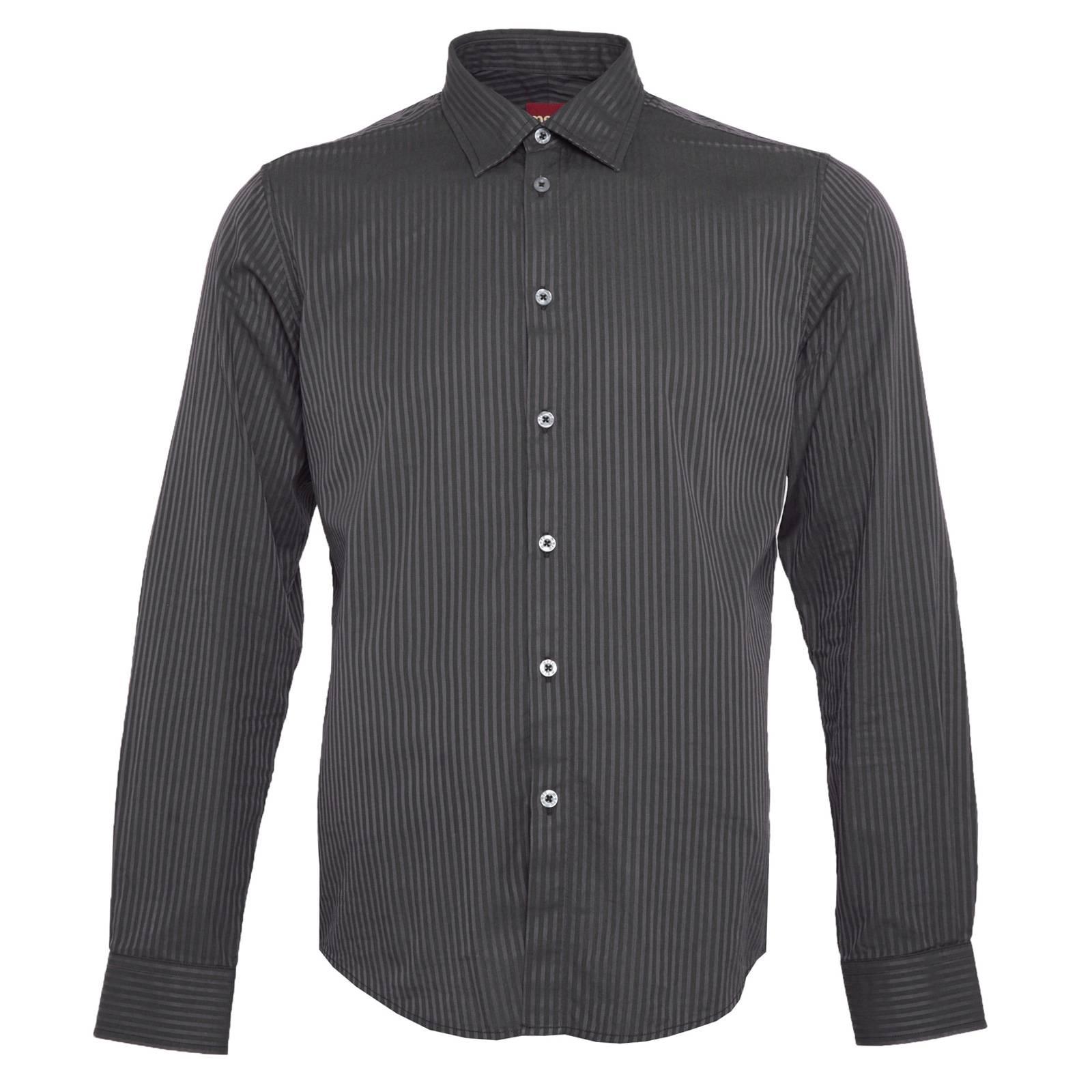 Рубашка AbottsРубашки<br>Классическая, приталенного покроя мужская рубашка с классическим воротником - отличный вариант для офисного или делового лука. &amp;lt;br /&amp;gt;<br>&amp;lt;br /&amp;gt;<br>Плотный, текстурный рубашечный материал из комбинированных тканей поплин и саржа образует строгий двухцветный узор в мелкую полоску, прекрасно сочетающийся с однотонным серым, черным или синим пиджаком.&amp;lt;br /&amp;gt;<br>&amp;lt;br /&amp;gt;<br>Конструкция отложного воротника с заостренными и направленными чуть в стороны концами, укрепленными изнутри специальными эластичными пластинами, идеально подходит для большого галстучного узла.<br><br>Артикул: 1511208<br>Материал: 100% хлопок<br>Цвет: черный<br>Пол: Мужской