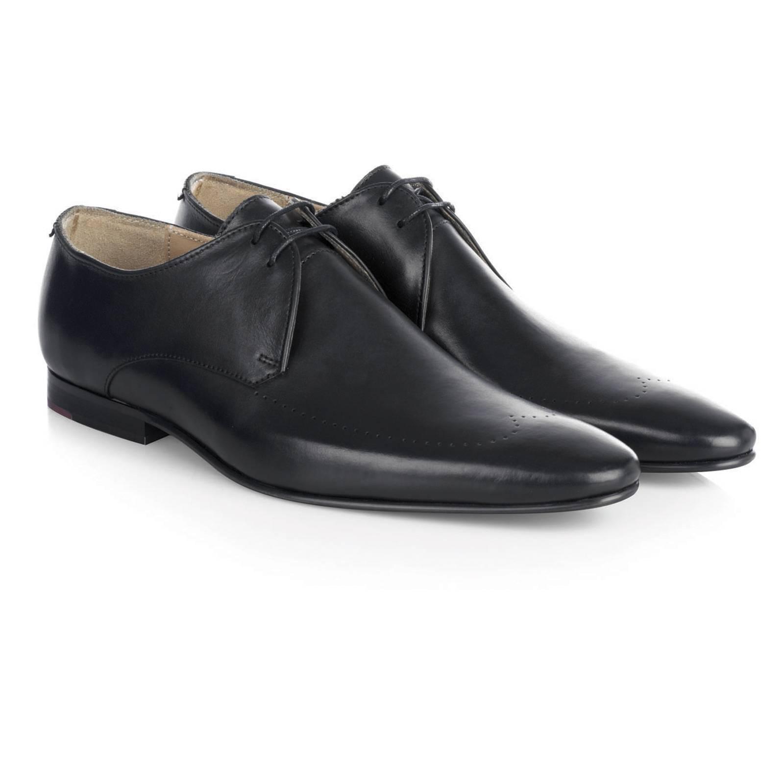 Ботинки Дерби RegentОбувь<br>Исконно английская модель классических ботинок Дерби  англ. Derby shoes , характерными особенностями которых являются повторяющий изгиб ноги заостренный нос, низкий каблук и берцы  боковины со шнуровкой , пришитые поверх передней части. &amp;lt;br /&amp;gt;<br>&amp;lt;br /&amp;gt;<br>Черные дерби идеально сочетаются со строгими пиджаками и костюмами, зауженными брюками и формальными рубашками.<br><br>Артикул: 0913208<br>Материал: 100% кожа<br>Цвет: черный<br>Пол: Мужской