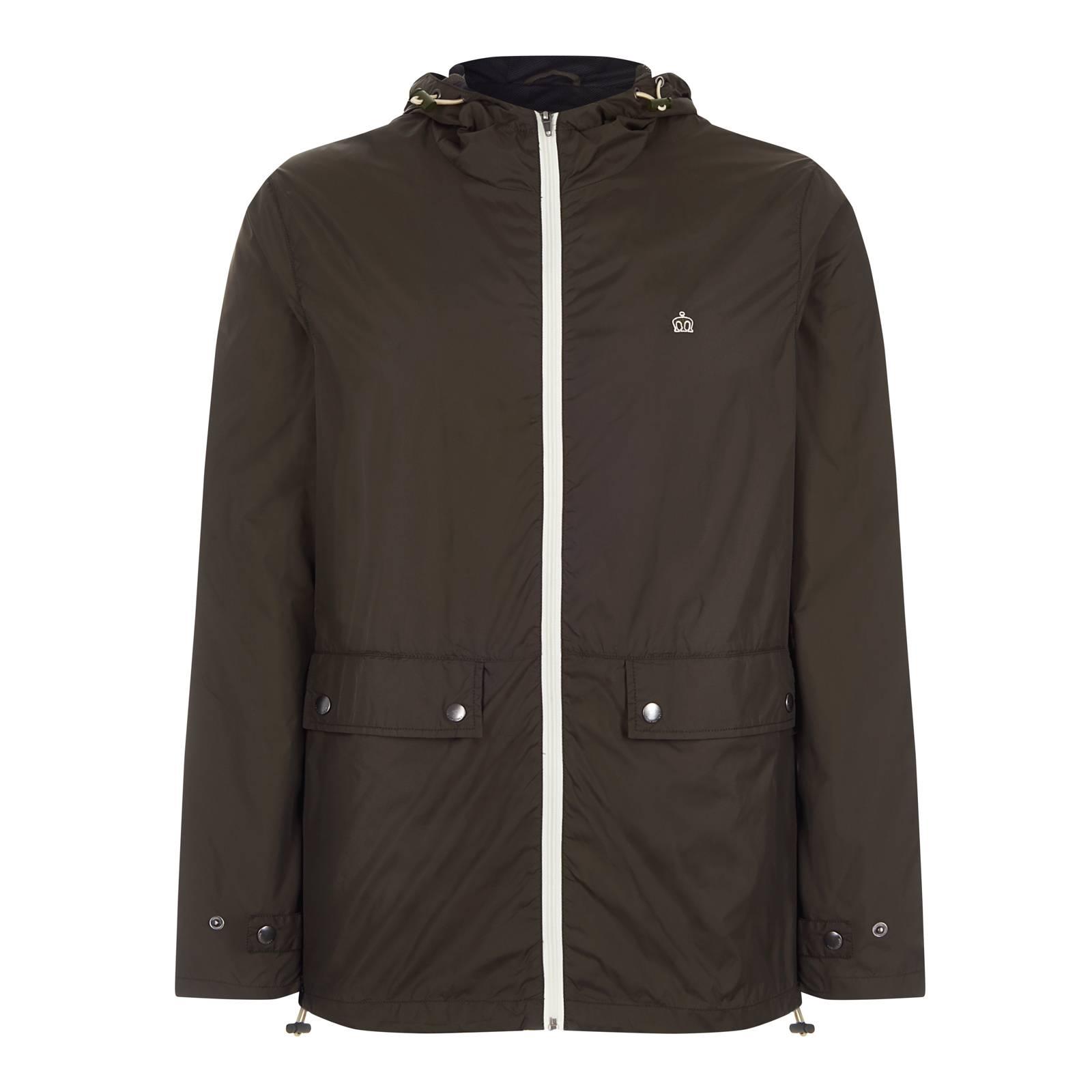 Ветровка ChesterВерхняя одежда<br>Мужская куртка-дождевик, пошитая из легкой водонепроницаемой ткани, – превосходное решение в дни весенней, летней и сентябрьской непогоды. Сочетает высокий воротник-стойку и удобный капюшон с утяжками, благодаря чему в этой куртке можно буквально спрятаться от дождя, оставив лишь небольшой просвет для глаз по типу шноркель парки. Верхняя часть воротника усилена внутренней ветрозащитной планкой, а низ ветровки, как и капюшон, оснащен утяжками, препятствуя задуванию. Имеет спереди два прорезных кармана с клапанами на кнопках, один внутренний карман, а также тонкую сетчатую подкладку, которая, с одной стороны, делает эту модель чуть более основательной, с другой, – обеспечивает проветривание в теплое время. Контрастная белая молния, красиво гармонирующая с выполненным в тон логотипом Корона на груди, является элементом дизайна этой, на первый взгляд, простой, но в то же время четкой и крайне выразительной модели. Контрастная, по внутреннему краю, отделка капюшона и подкладки образует благородную комбинацию хаки и черного цветов в духе милитари стиля. Эта универсальная куртка легко встраивается практически в любое окружением от кроссовок с футболкой и джинсами до лоферов с поло, чиносами или шортами.<br><br>Артикул: 1117102<br>Материал: 100% нейлон (Вн)<br>Цвет: темный хаки<br>Пол: Мужской