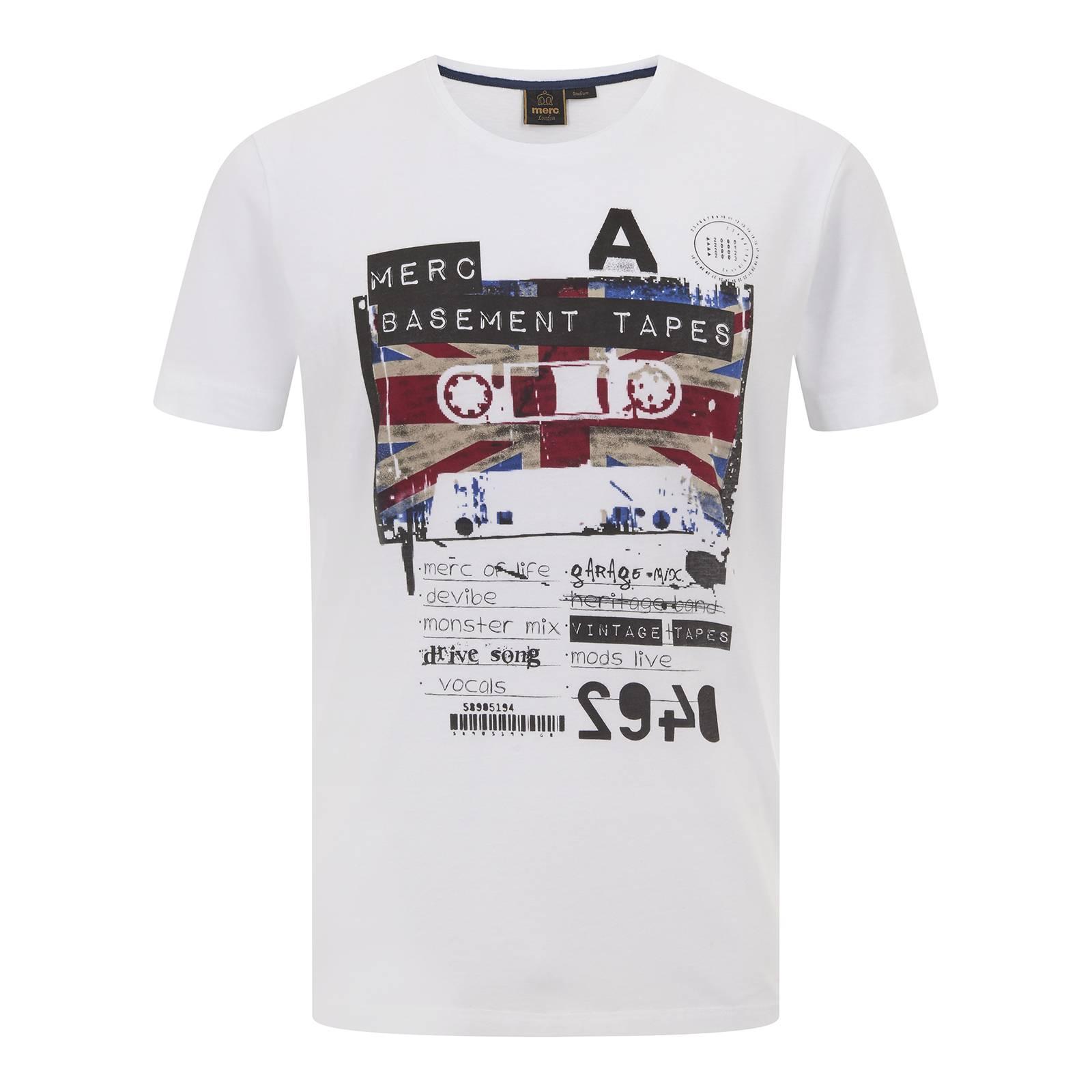 Футболка SonikФутболки<br>Продолжая знаковую для идентичности бренда тему музыкального наследия британской субкультурной сцены 60-80-х, эта мужская футболка посвящена импровизированному релизу сборника гаражного рока, выпущенному неизвестным истории андеграундным рекорд лейблом Merc Basement Tapes на старой доброй компакт-кассете. Как всегда эффектный Union Jack привносит колорит и добавляет акцент в оригинально стилизованный поп-арт рисунок. Произведена из легкой хлопковой ткани Джерси.<br><br>Артикул: 1716105<br>Материал: 100% хлопок<br>Цвет: белый<br>Пол: Мужской