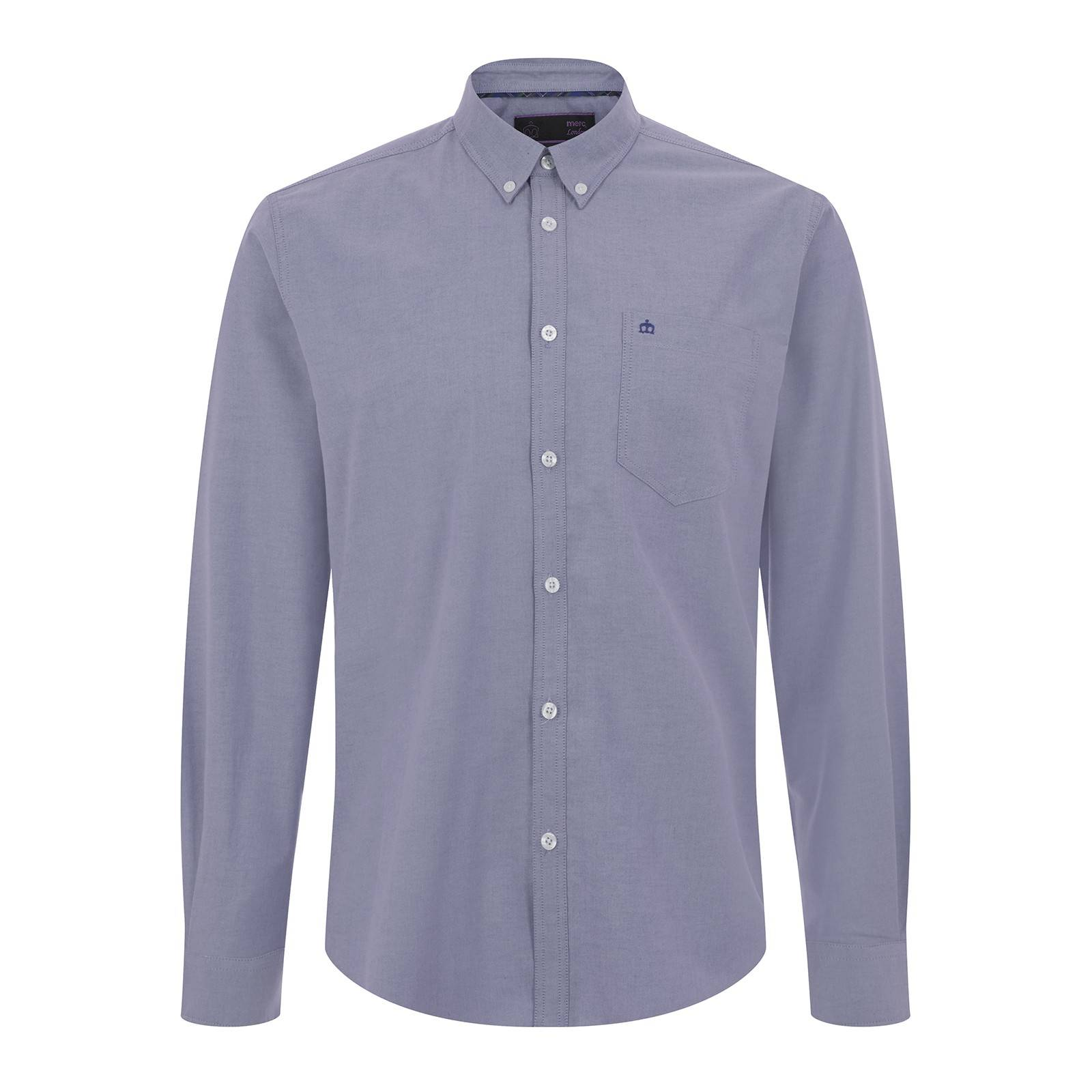 Рубашка OvalСлайдер на главной<br>Классическая, приталенного покроя мужская рубашка, изготовленная из легкой, плотной и мягкой на ощупь рубашечной ткани Оксфорд, характерным признаком которой является текстурная поверхность, состоящая из мельчайших, расположенных в шахматном порядке белых квадратов,  — такой эффект достигается путем использования мелкоузорчатого ткацкого переплетения «рогожка».  Этот комфортный, благородный и дышащий материал в конце XIX века стал использоваться в Англии для пошива спортивных рубашек, которые носили игроки в поло, а полвека спустя подобные сорочки стали частью гардероба университетской Лиги Плюща – основоположнице преппи стиля. Традиционный для рубашек Оксфорд button-down воротник на пуговицах позволяет красиво комбинировать эту универсальную модель с V-образным трикотажем и кардиганами. Её также можно носить с костюмом, джинсами и Харрингтоном. Брендирована фирменным логотипом Корона на нагрудном кармане.<br><br>Артикул: 1516113<br>Материал: 65% полиэстер, 35% хлопок<br>Цвет: темный голубой<br>Пол: Мужской