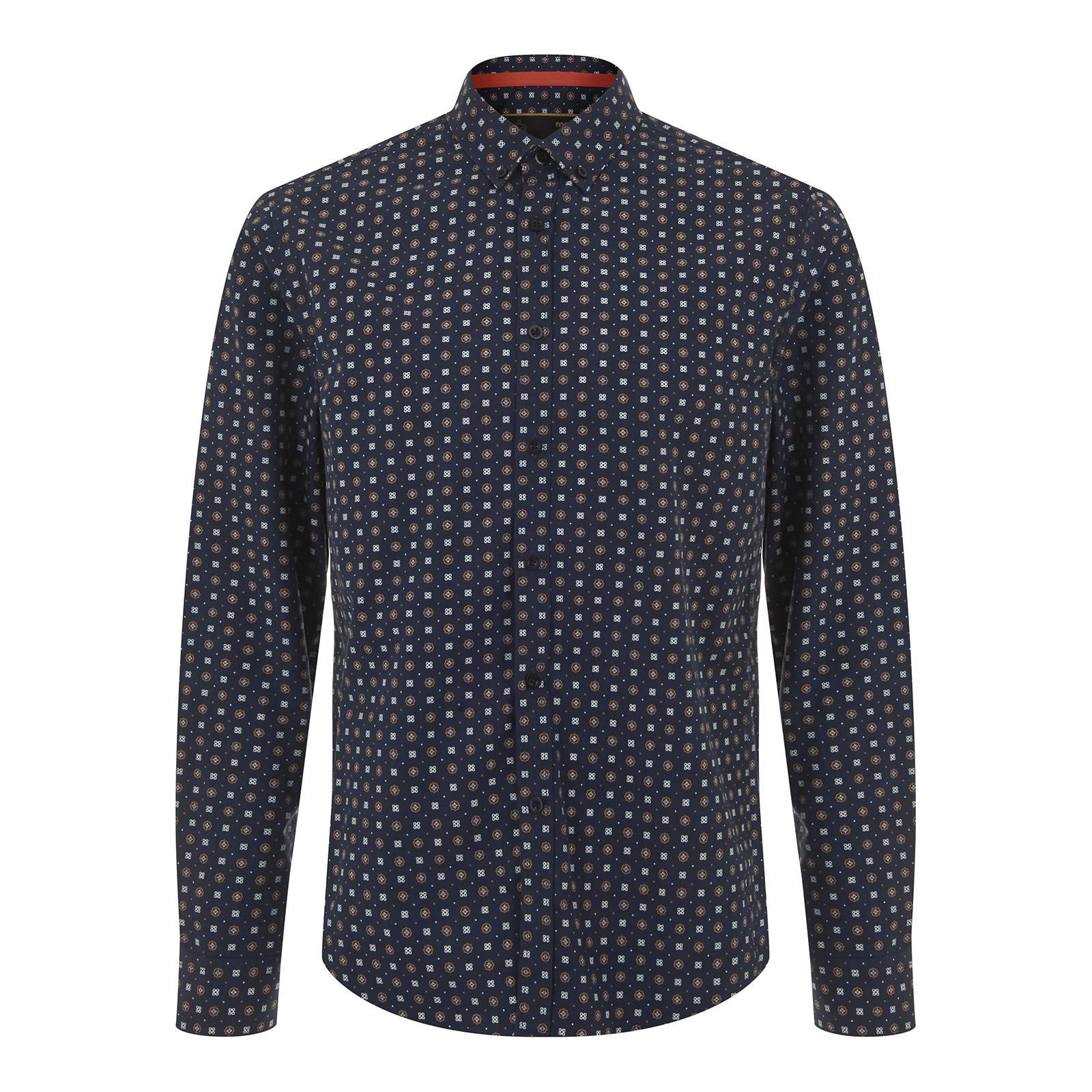 Рубашка PickettРубашки<br>Мужская приталенная smart casual рубашка из легкого хлопчатобумажного материала поплин с элегантным геометрическим ретро узором. Утонченный, но в то же время строгий и универсальный дизайн, классический воротник Кент и удлиненная спинка, не позволяющая рубашке часто выправляться из-под брюк, располагают к тому, чтобы носить её в офис, но и в модном ресторане после рабочего дня она будет смотреться не менее актуально. Уголок манжет с наружной стороны отделан контрастной оранжево-желтой тканью. Эта изящная деталь гармонирует с выполненным в тон логотипом Корона, вышитым на фигурной планке правого рукава. Кроме того данную модель можно носить и навыпуск, комбинируя со светлыми чиносами, синими или коричневыми дезертами или лоферами.<br><br>Артикул: 1516106<br>Материал: 100% хлопок<br>Цвет: темно-синий<br>Пол: Мужской