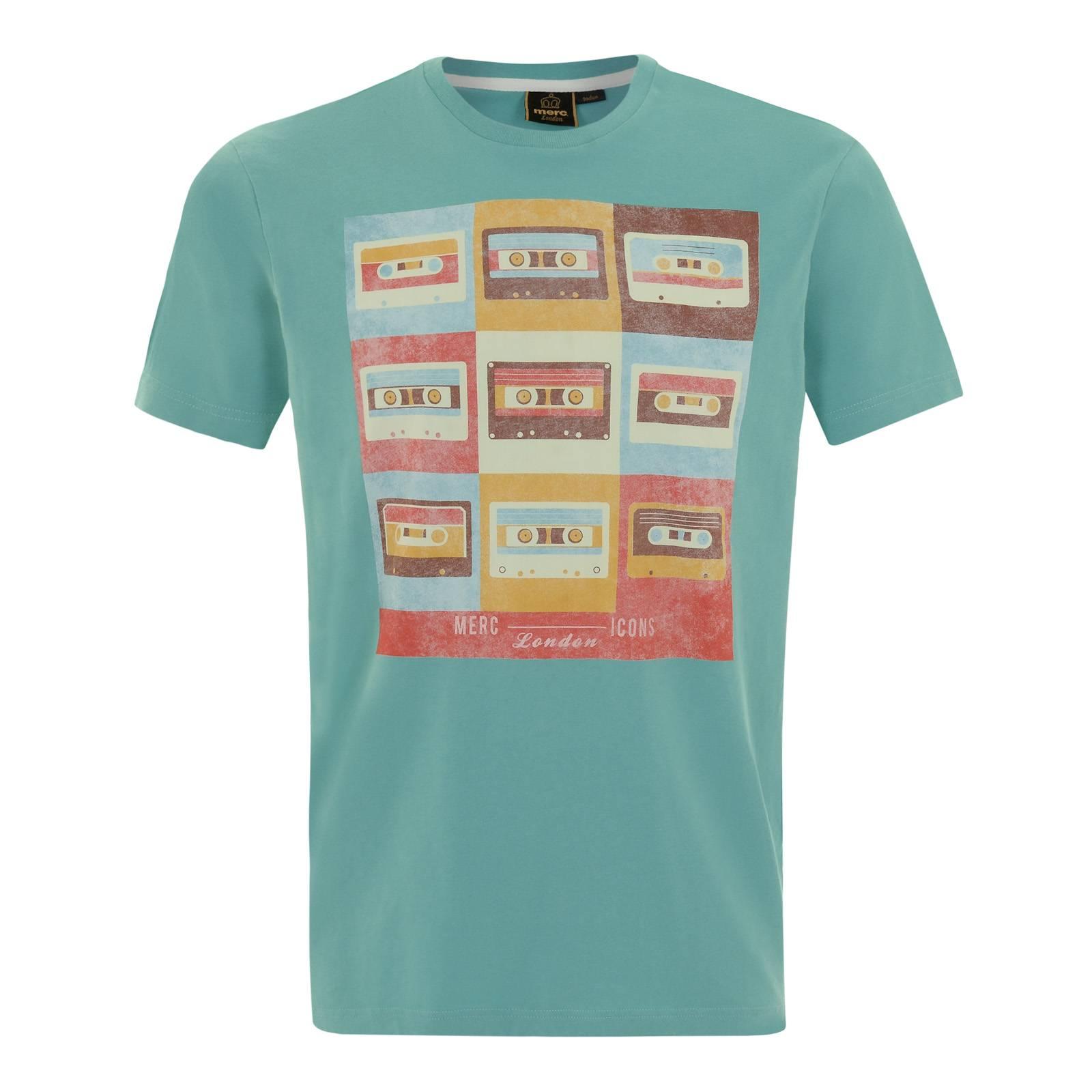 Футболка RevereФутболки<br>Мужская футболка из легкой хлопковой ткани приятного аквамаринового цвета с винтажным разноцветным принтом, воспевающим важнейшее изобретение эпохи Шестидесятых – ленточную компакт-кассету, совершившую революцию в мировой музыкальной культуре. Эта поистине летняя футболка продолжает славную традицию концептуальных t-shirts, символизирующих историческую связь Merc c музыкальными жанрами и направлениями 60-х.<br><br>Артикул: 1715104<br>Материал: 100% хлопок<br>Цвет: аквамариновый<br>Пол: Мужской