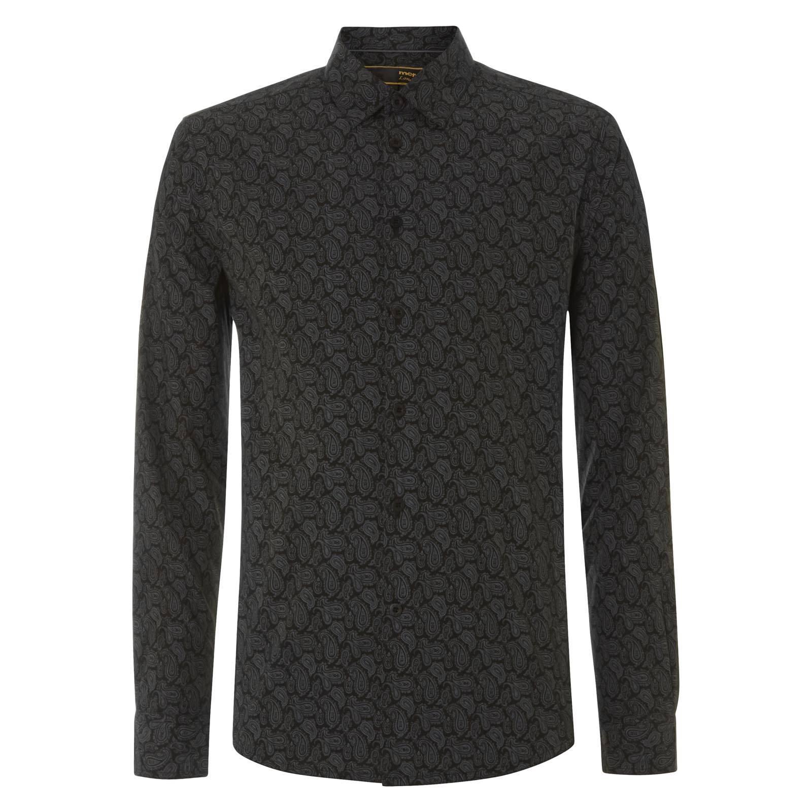 Рубашка YorkРубашки<br>Приталенного покроя мужская рубашка с благородным классическим орнаментом «пейсли» и универсальным отложным воротником  «Кент», концы которого направлены вниз, образуя между собой острый треугольник.  Воротник этого типа оптимален для большинства галстуков или бабочек. Рубашка имеет фигурный низ с удлиненной спинкой, позволяющей комфортно заправлять ее в брюки, однако красиво смотрится и при ношении навыпуск.  Эта элегантная модель будет уместна как в фешенебельном smart casual луке в сочетании с прилегающим пиджаком и остроносыми ботинками Дерби на торжественном мероприятии или статусной встрече, так и в более демократичном варианте – с кардиганом на пуговицах,  V-образным свитером и брогами на ногах.<br><br>Артикул: 1514202<br>Материал: 100% хлопок<br>Цвет: черный<br>Пол: Мужской