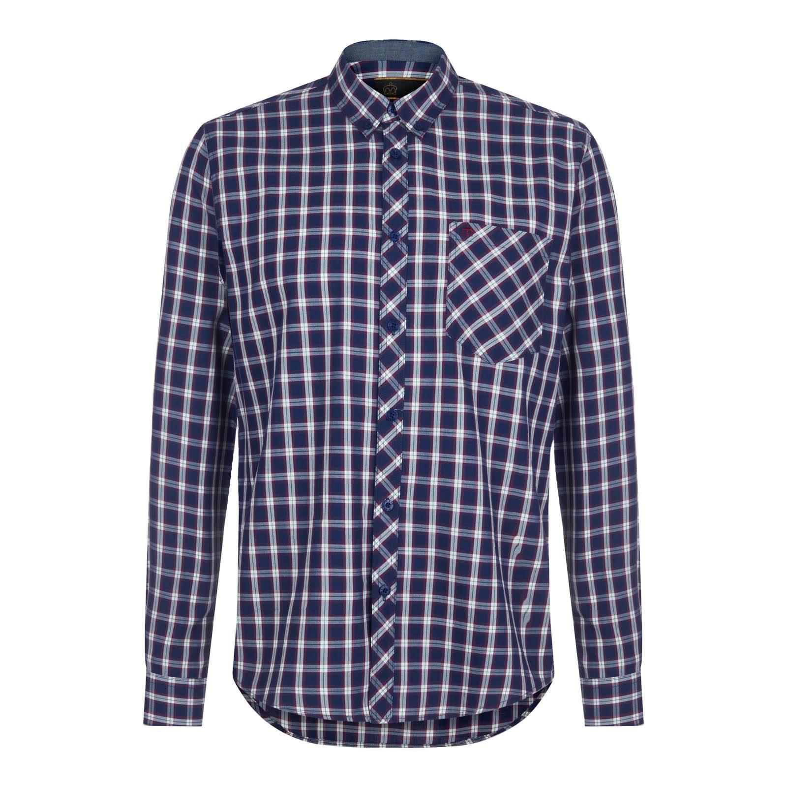Рубашка SanctonButton Down<br>Приталенного фасона мужская рубашка, пошитая из комбинированного текстильного полотна на основе хлопка и полиэстера. Такая комбинация материалов делает ткань мягкой, тонкой и шелковистой, но при этом достаточно прочной и исключительно долговечной. Актуальный в последние годы и крайне востребованный сегодня широкий клетчатый узор представляет собой лаконичный тартан с упрощенной структурой — в сочетании с фирменным button-down воротником этот орнамент образует идеальную пару с трикотажем крупной вязки или стеганой курткой с вельветовым воротником. Благодаря удлиненной спинке рубашка не выправляется из брюк при каждом движении. Также её можно носить навыпуск с чиносами или шортами. Брендирована логотипом Корона, вышитым контрастными нитями на нагрудном кармане.<br><br>Артикул: 1516208<br>Материал: 60% хлопок, 40% полиэстер<br>Цвет: синий<br>Пол: Мужской