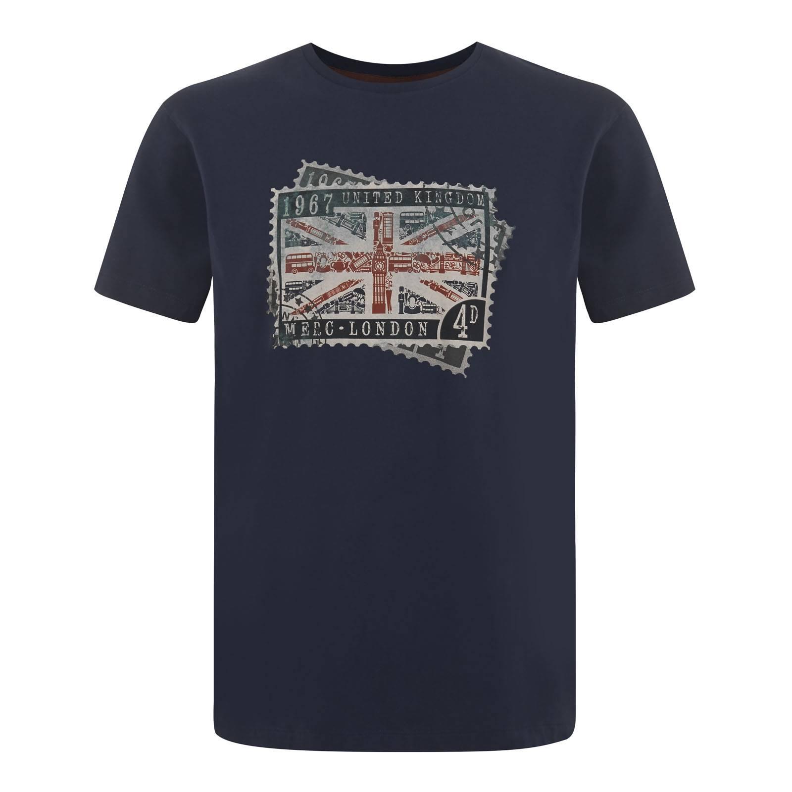 Футболка GraylonФутболки<br>Мужская приталенная футболка из мягкой и эластичной хлопчатобумажной ткани Джерси. Устойчивый к износу эффектный принт, нанесенный методом высококачественной шелкографии, изображает старинную почтовую марку Королевской Почты Великобритании с поп-арт коллажем Юнион Джека, собранным из традиционных символов UK и британской столицы, к которым дизайнеры нескромно относят и Merc.<br><br>Артикул: 1715208<br>Материал: 100% хлопок<br>Цвет: темно-синий<br>Пол: Мужской