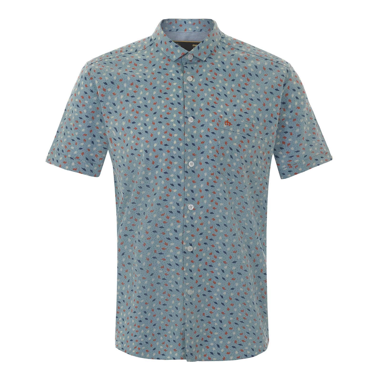 Рубашка OrmondРубашки<br>Приталенная мужская рубашка с насыщенным узором из разноцветных листьев, символизирующим пестроту красок весеннее-летнего сезона. Произведенная из традиционной рубашечной ткани поплин, эта сорочка отлично впишется в расслабленную атмосферу выходного дня за коктейлем на открытой веранде, в то же время придавая непринужденному луку элегантный и ухоженный вид. Брендирована фирменным логотипом Корона, вышитым на незаметном нагрудном кармане слева.<br><br>Артикул: 1515105<br>Материал: 100% хлопок<br>Цвет: голубой<br>Пол: Мужской