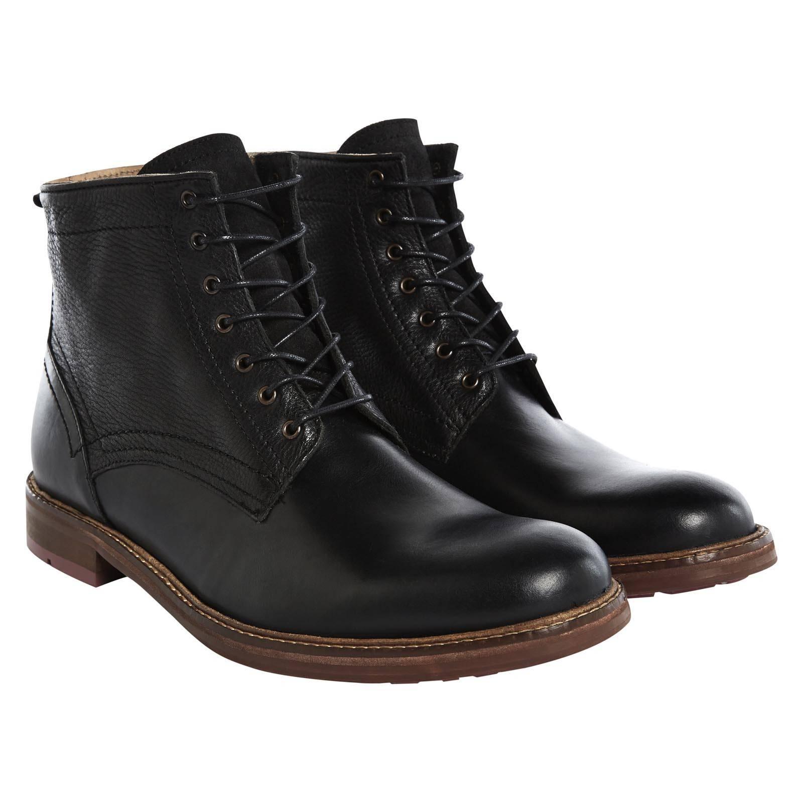 Ботинки ChanceryОбувь<br>Универсальные мужские ботинки на шнурках высотой до лодыжки с усиленной дополнительным резиновым слоем антискользящей подошвой. Сочетание гладкой кожи на носке и текстурного тиснения в берцах вносят разнообразие в дизайн, создавай стильный осенний образ гардероба в формате casual. Идеально сочетаются с джинсами, клетчатй рубашкой «тартан» или «gingham» ,  а также бушлатом, фиштейл паркой или дафлкотом.<br><br>Артикул: 914203<br>Материал: 100% кожа<br>Цвет: черный<br>Пол: Мужской