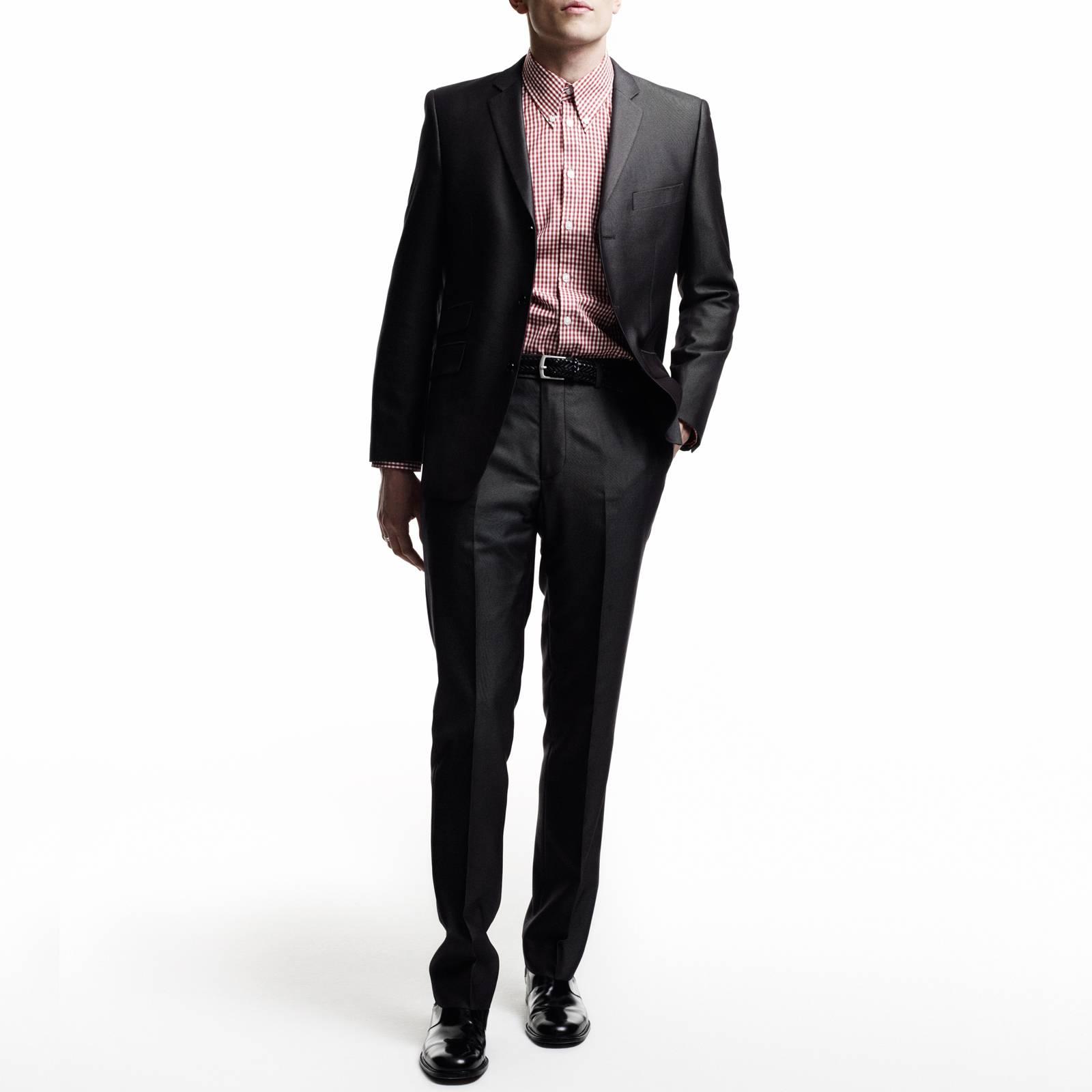 Брюки Gin TrsКостюмы и пиджаки<br>Мужской костюм-двойка из мягкой комбинированной ткани с эффектом отлива – современная стилизация исторической модели Tonic Suit – иконы mod look 60-х, прославленной британскими модами Свингующего Лондона. Прилегающий пиджак с узкими лацканами и декоративны двойным карманом справа, атласная малиновая подкладка, сужающиеся к низу брюки, – именно в такой костюм одевался культовый персонаж знаменитого фильма о мод-культуре Quadrophenia (Квадрофения) – лондонский мод Джим. Знаковым, исконным элементом мод стиля было сочетание Tonic Suit с мешковатой защитно-зеленой военной фиштейл паркой, сохранявшей наряд во время поездки на скутере. Сегодня этот костюм отлично вписывается как в формальный, так и в клубный smart casual дресс-код в сочетании с рубашкой button-down и классической обувью Челси или Дерби. Подкладка - 50% полиэстер, 50% ацетат.<br><br>Артикул: 1210109T<br>Материал: 77% полиэстер, 23% вискоза<br>Цвет: мокрого асфальта<br>Пол: Мужской