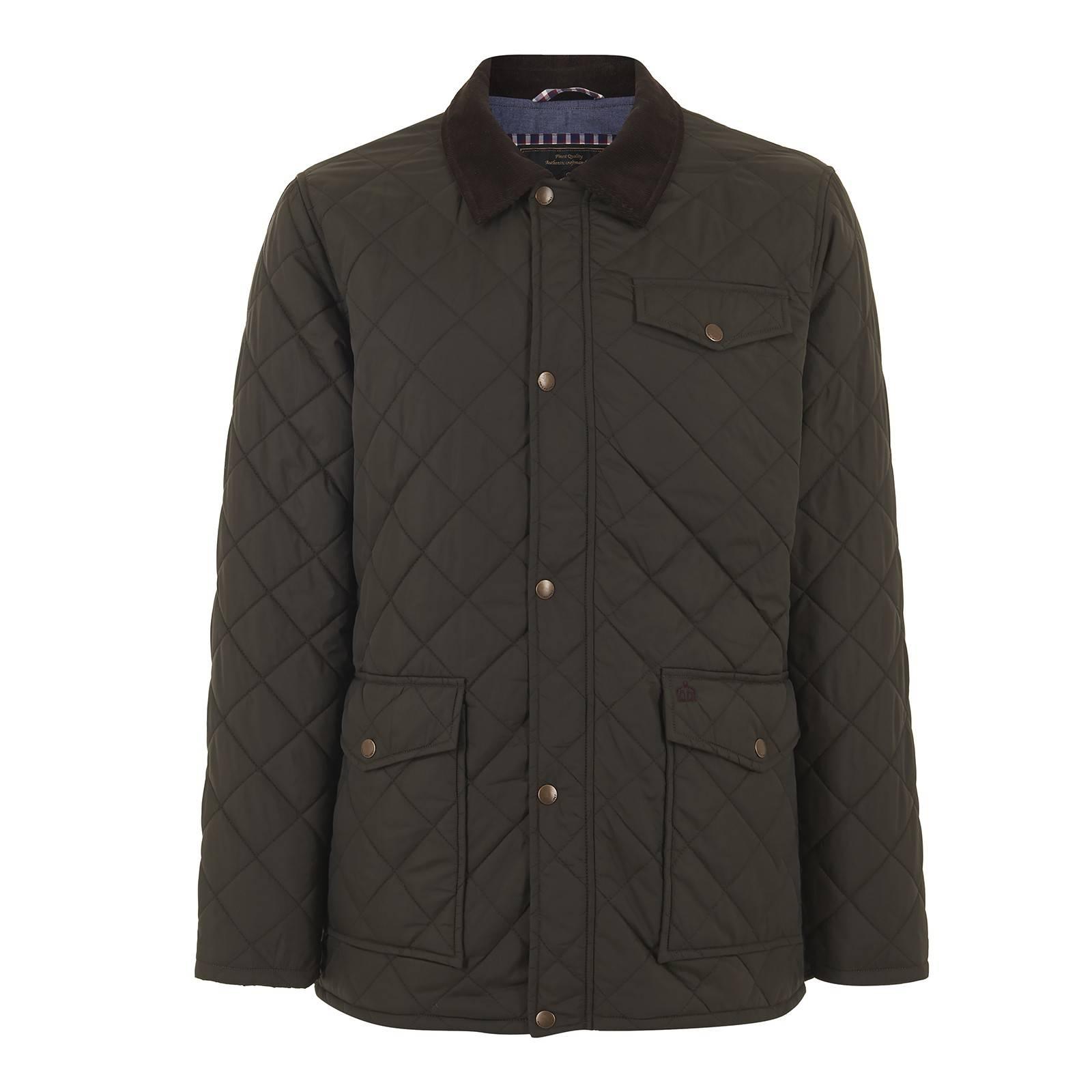 Куртка AlcesterВерхняя одежда<br>Классическая мужская стеганная куртка прямого фасона с вельветовым воротником и накладными карманами - истинно британский must-have городского casual гардероба на осенний сезон и раннюю весну. Идеально сочетается с button-down рубашками в классическую английскую клетку гинем или орнаментом пейсли, замшевыми дезертами и крупными наручными часами с кожаным ремешком. Воротник следует носить поднятым, а молнию не застегивать до конца таким образом, чтобы через куртку отчетливо просматривался крупный или среднего размера клетчатый или огуречный узор. Имеет внутренний карман, утеплена тонким синтепоновым слоем, рассчитанным на безветренную погоду до минус 2-5 градусов.<br><br>Артикул: 1114205<br>Материал: 100% полиэстер / Подкладка - 100% хлопок<br>Цвет: темный хаки<br>Пол: Мужской