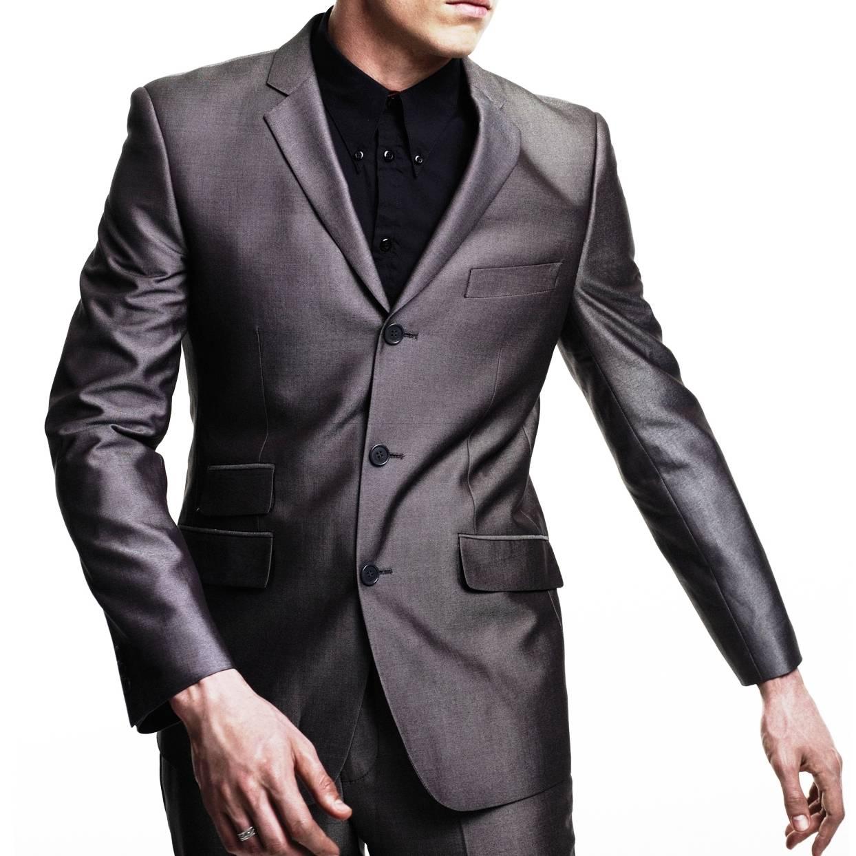 Пиджак Gin JktКостюмы и пиджаки<br>Мужской костюм-двойка из мягкой комбинированной ткани с эффектом отлива – современная стилизация исторической модели Tonic Suit – иконы mod look 60-х, прославленной британскими модами Свингующего Лондона. Прилегающий пиджак с узкими лацканами и декоративны двойным карманом справа, атласная малиновая подкладка, сужающиеся к низу брюки, – именно в такой костюм одевался культовый персонаж знаменитого фильма о мод-культуре Quadrophenia (Квадрофения) – лондонский мод Джим. Знаковым, исконным элементом мод стиля было сочетание Tonic Suit с мешковатой защитно-зеленой военной фиштейл паркой, сохранявшей наряд во время поездки на скутере. Сегодня этот костюм отлично вписывается как в формальный, так и в клубный smart casual дресс-код в сочетании с рубашкой button-down и классической обувью Челси или Дерби. Подкладка - 50% полиэстер, 50% ацетат.<br><br>Артикул: 1210109J<br>Материал: 77% полиэстер, 23% вискоза<br>Цвет: мокрого асфальта<br>Пол: Мужской